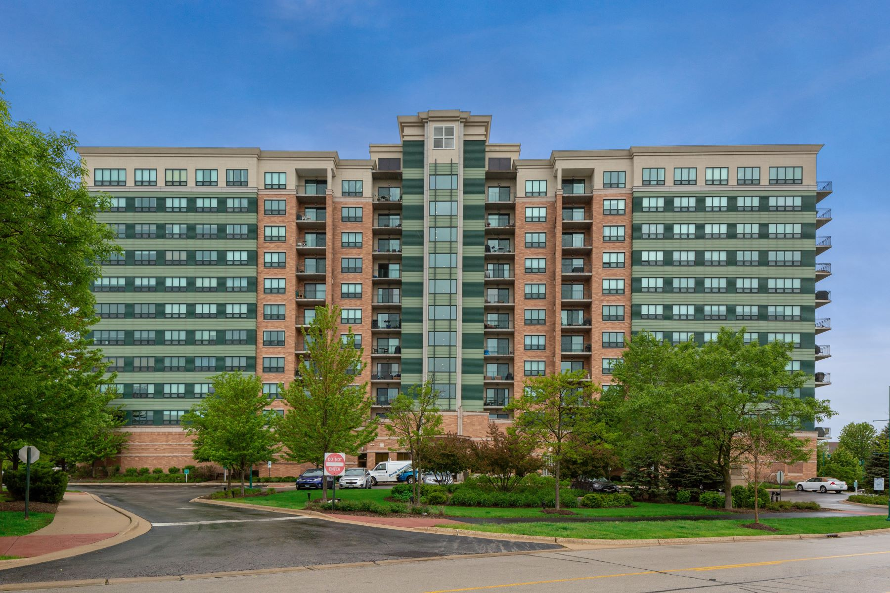 Condominiums for Active at Cozy Condominium For Sale 6420 Double Eagle Drive Unit 1201 Woodridge, Illinois 60517 United States