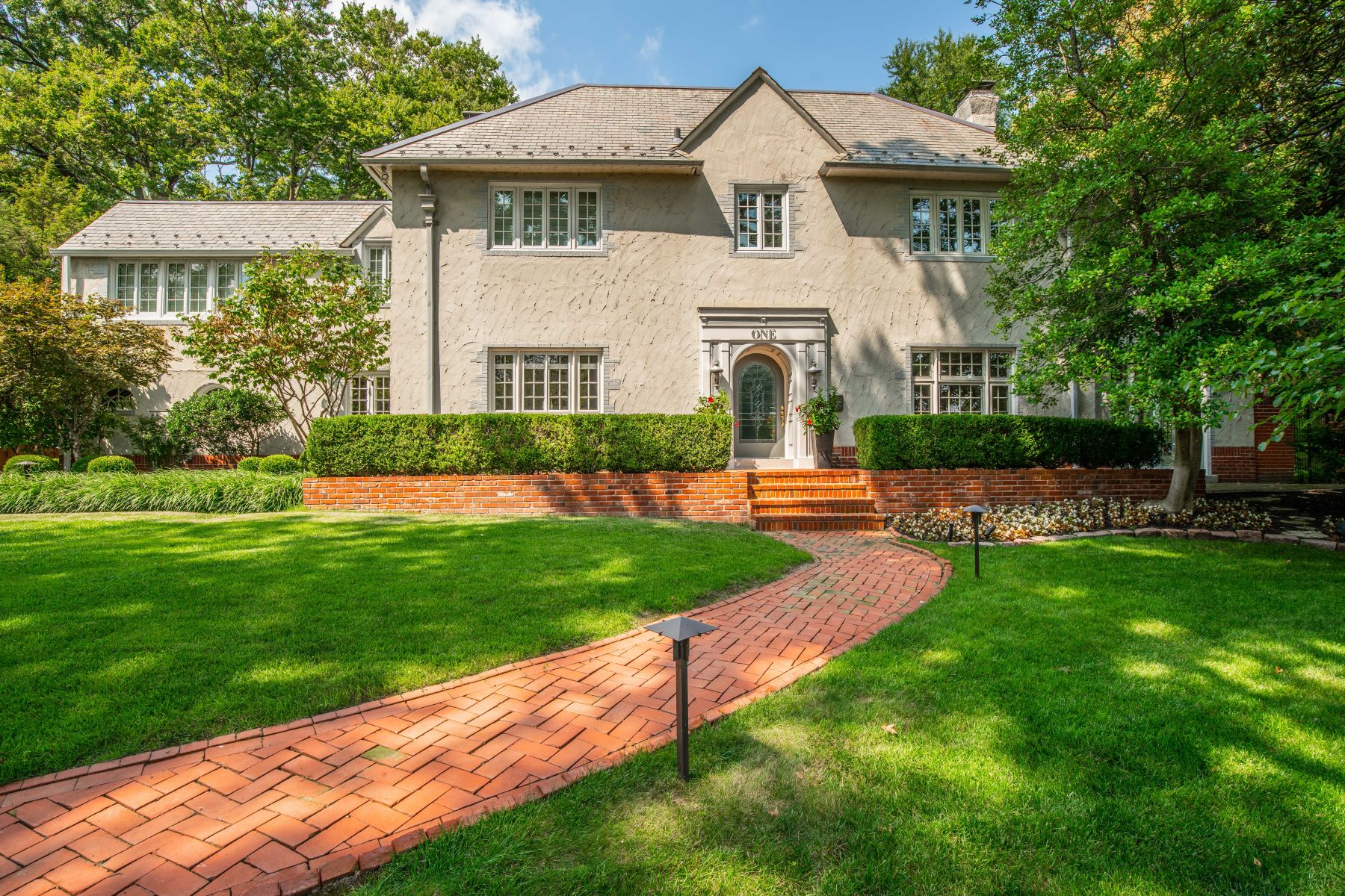 Single Family Homes 为 销售 在 Exquisite Clayton Home on a Premier Street 1 Southmoor Drive, 克莱顿, 密苏里州 63105 美国