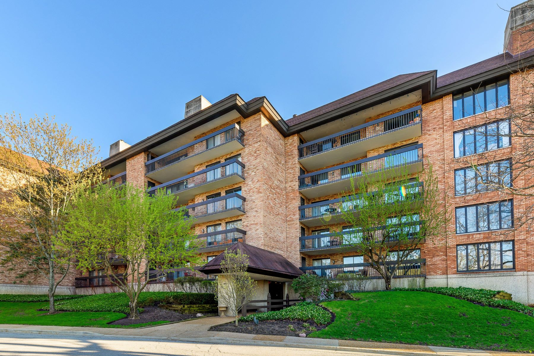 Condominiums for Active at Stunning Golf Course Views From Every Room 3851 Mission Hills Road Unit 309W Northbrook, Illinois 60062 United States