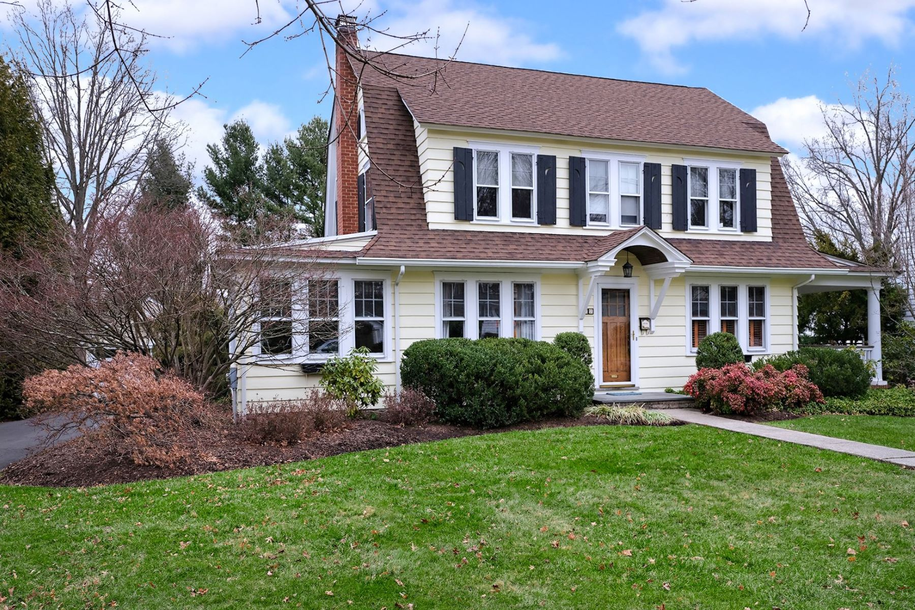 Single Family Homes para Venda às Charming Dutch Colonial On A Premier Tree-lined Street 17 East Welling Avenue, Pennington, Nova Jersey 08534 Estados Unidos