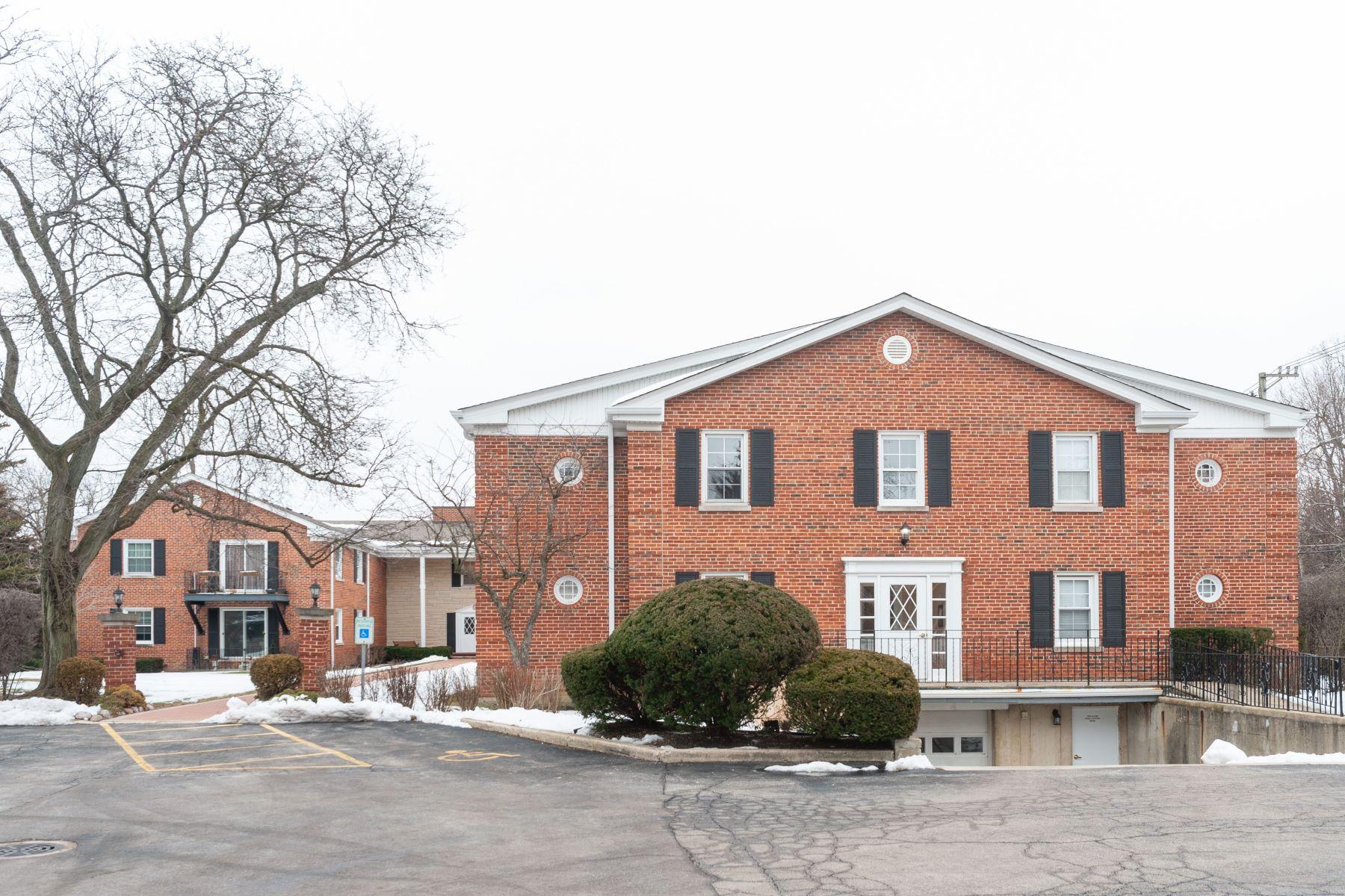 Condominiums por un Venta en Great Corner Unit 605 Waukegan Road Unit 2C Glenview, Illinois 60025 Estados Unidos