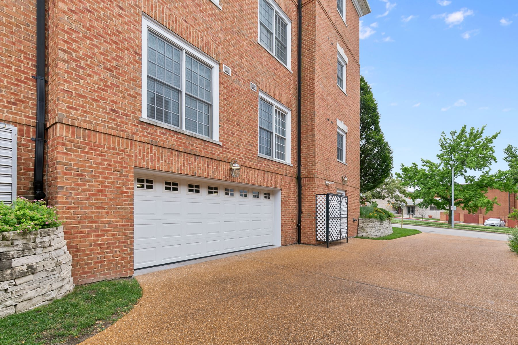 Additional photo for property listing at Prestigious Clayton Condominium 23 Topton Way 2C Clayton, Missouri 63105 United States