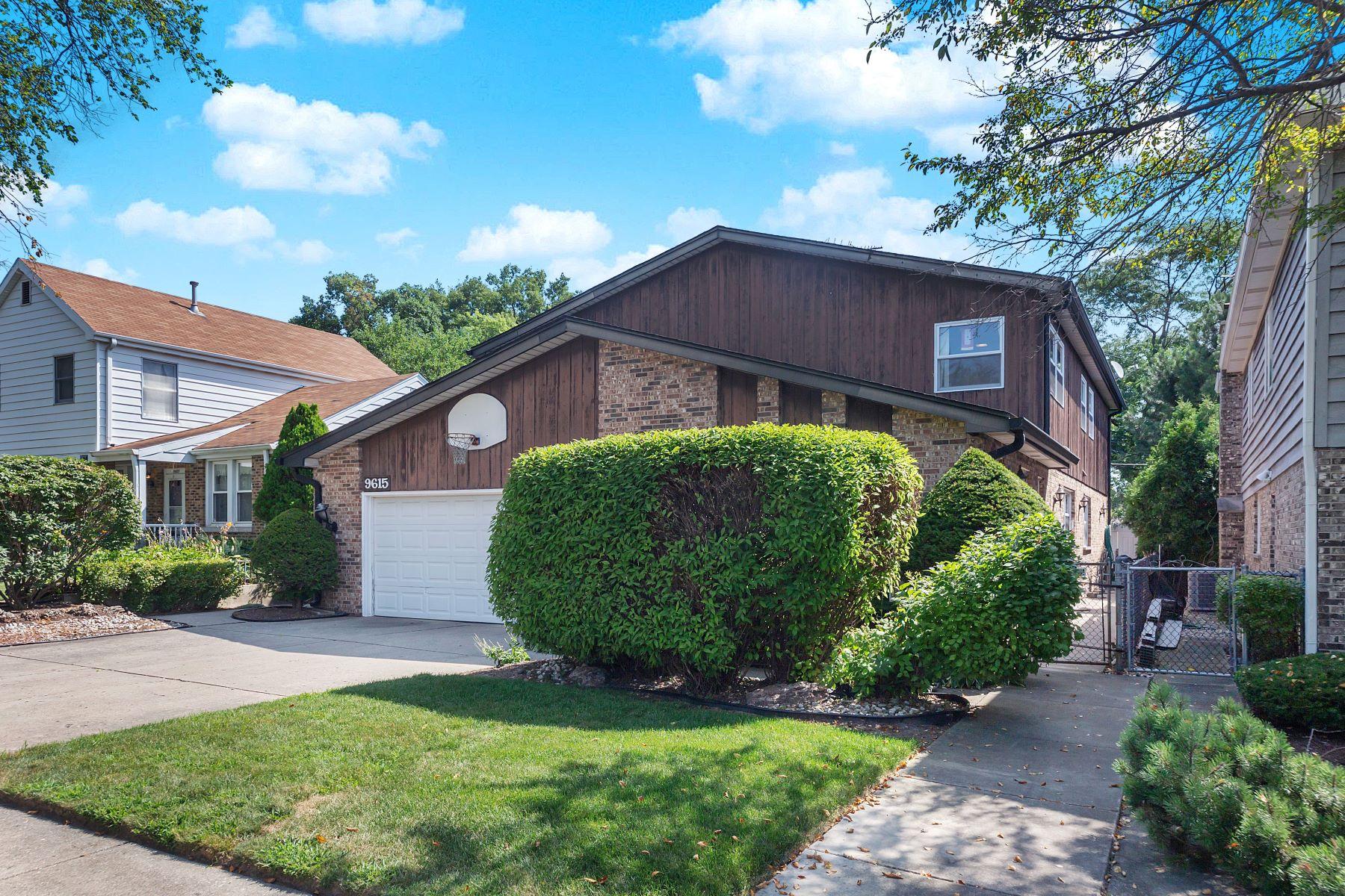 Single Family Homes por un Venta en Spacious Four Bedroom 9615 Lowell Avenue Skokie, Illinois 60076 Estados Unidos