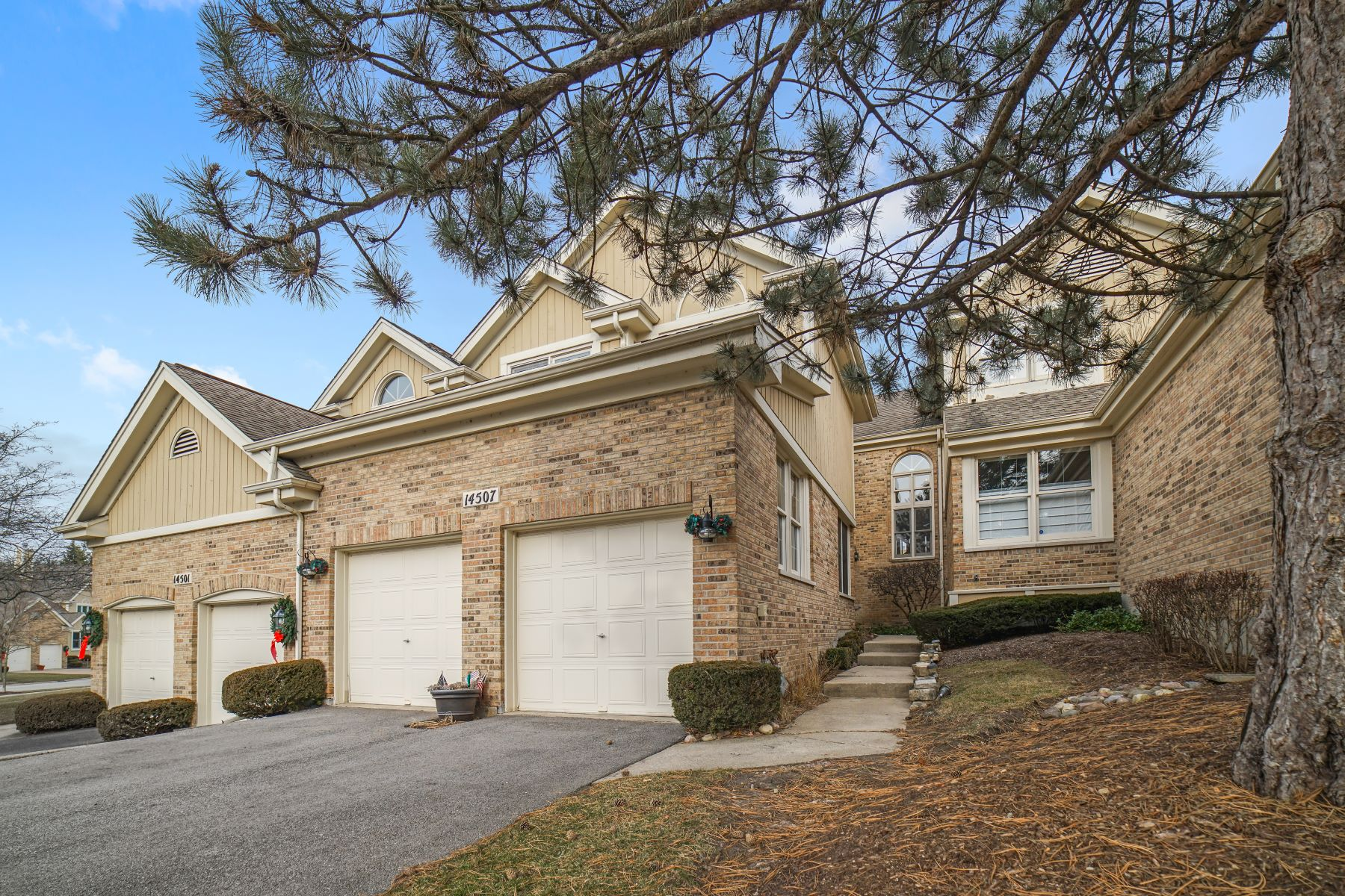 Single Family Home for Sale at Great Town-home in Crystal Tree 14507 Golf Road Orland Park, Illinois 60462 United States