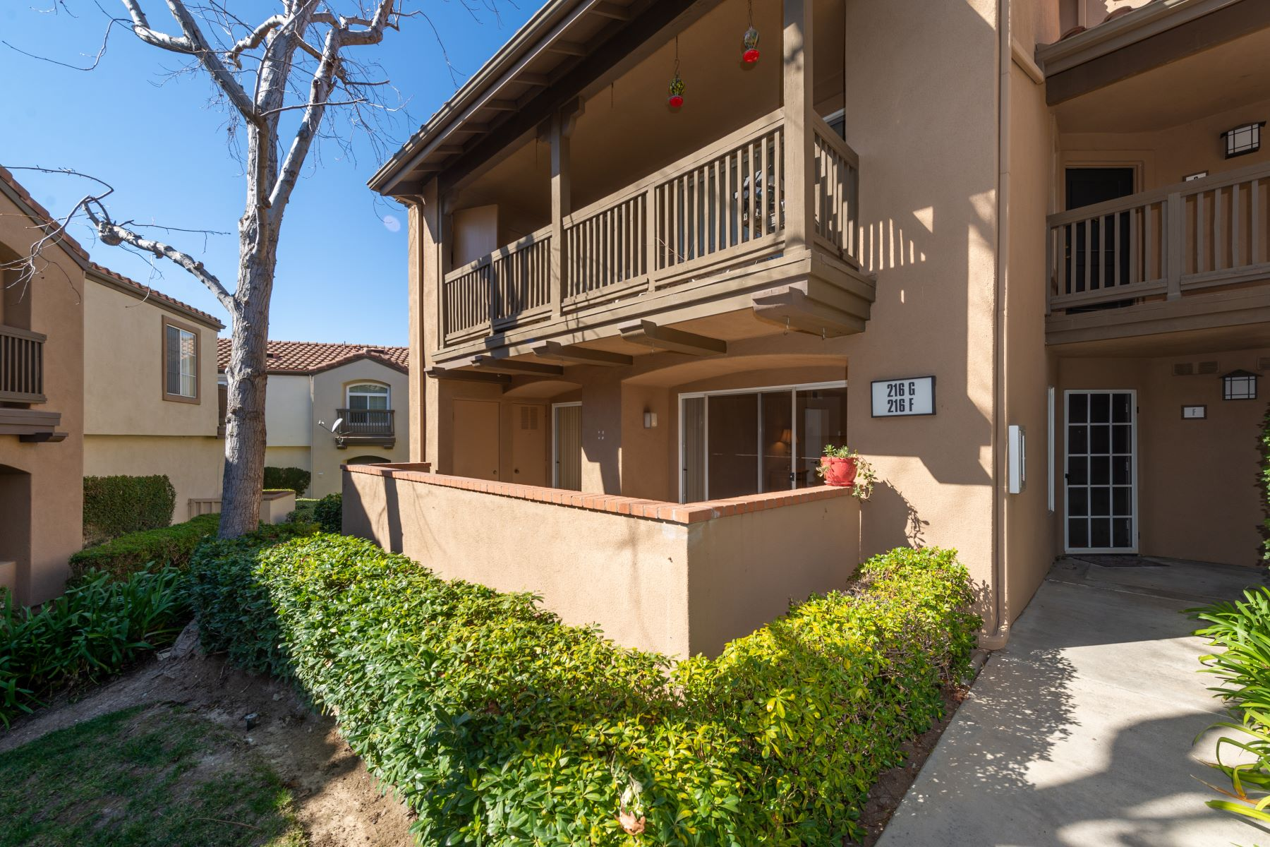 Condominiums para Venda às 216 South Cross Creek Road #F, Orange, CA 92869 Orange, Califórnia 92869 Estados Unidos