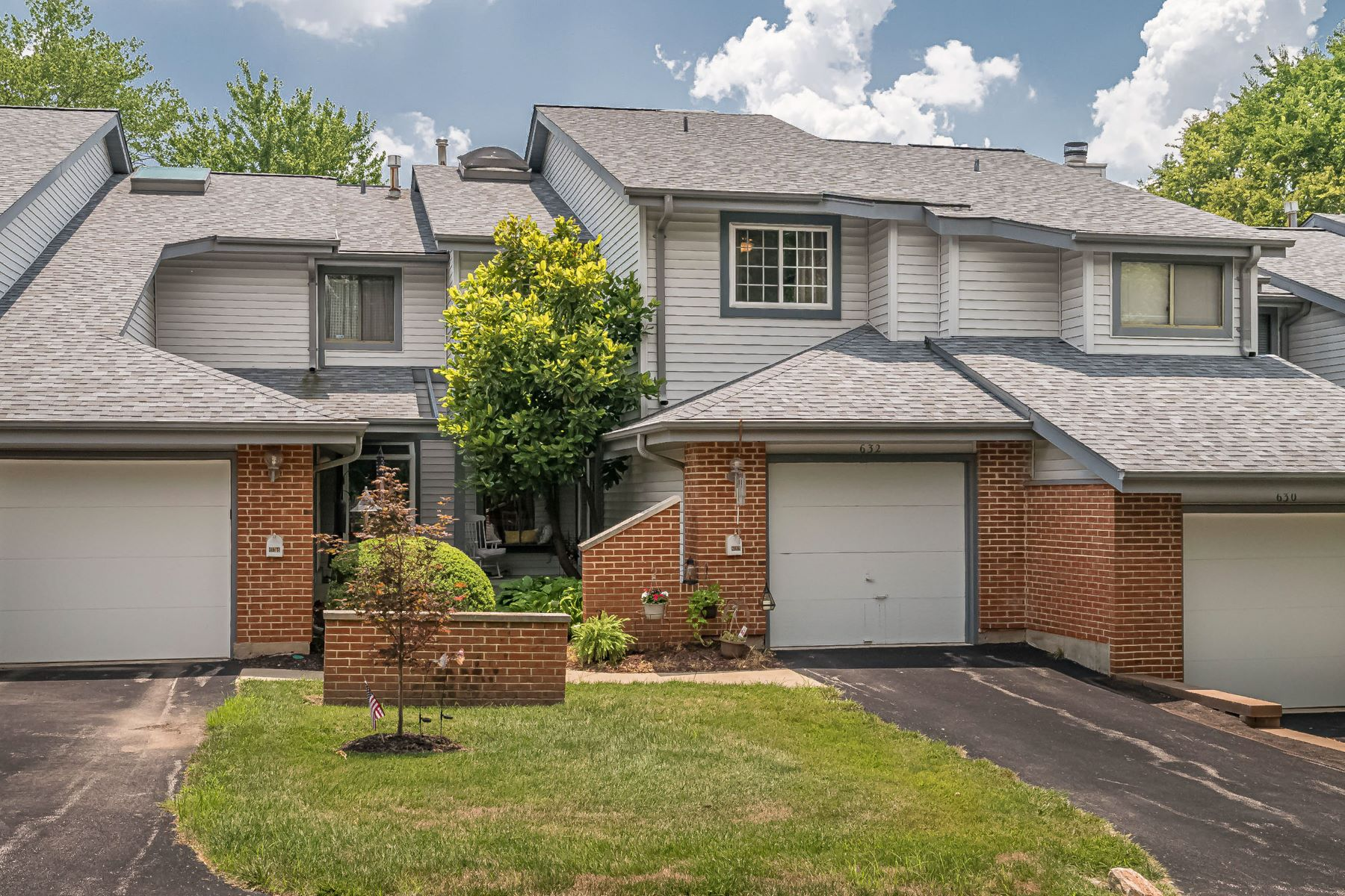 townhouses for Sale at Updated and Elegant Townhouse in Treetop! 632 Walnut Ridge Drive Ballwin, Missouri 63021 United States