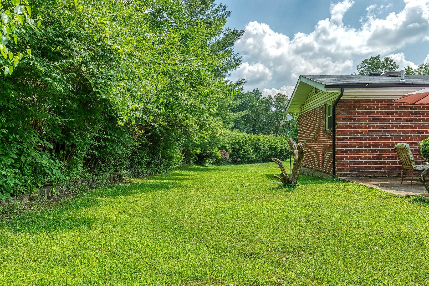 Additional photo for property listing at Expansive Four Bedroom Open Floor Plan Ranch in Claymont 402 Baberton Drive Ballwin, Missouri 63011 United States