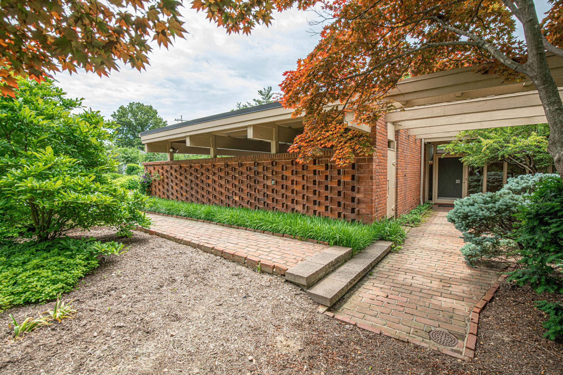 Single Family Homes for Rent at Important Mid-Century Home Designed by Isadore Shank 10 Westwood Country Club St. Louis, Missouri 63131 United States