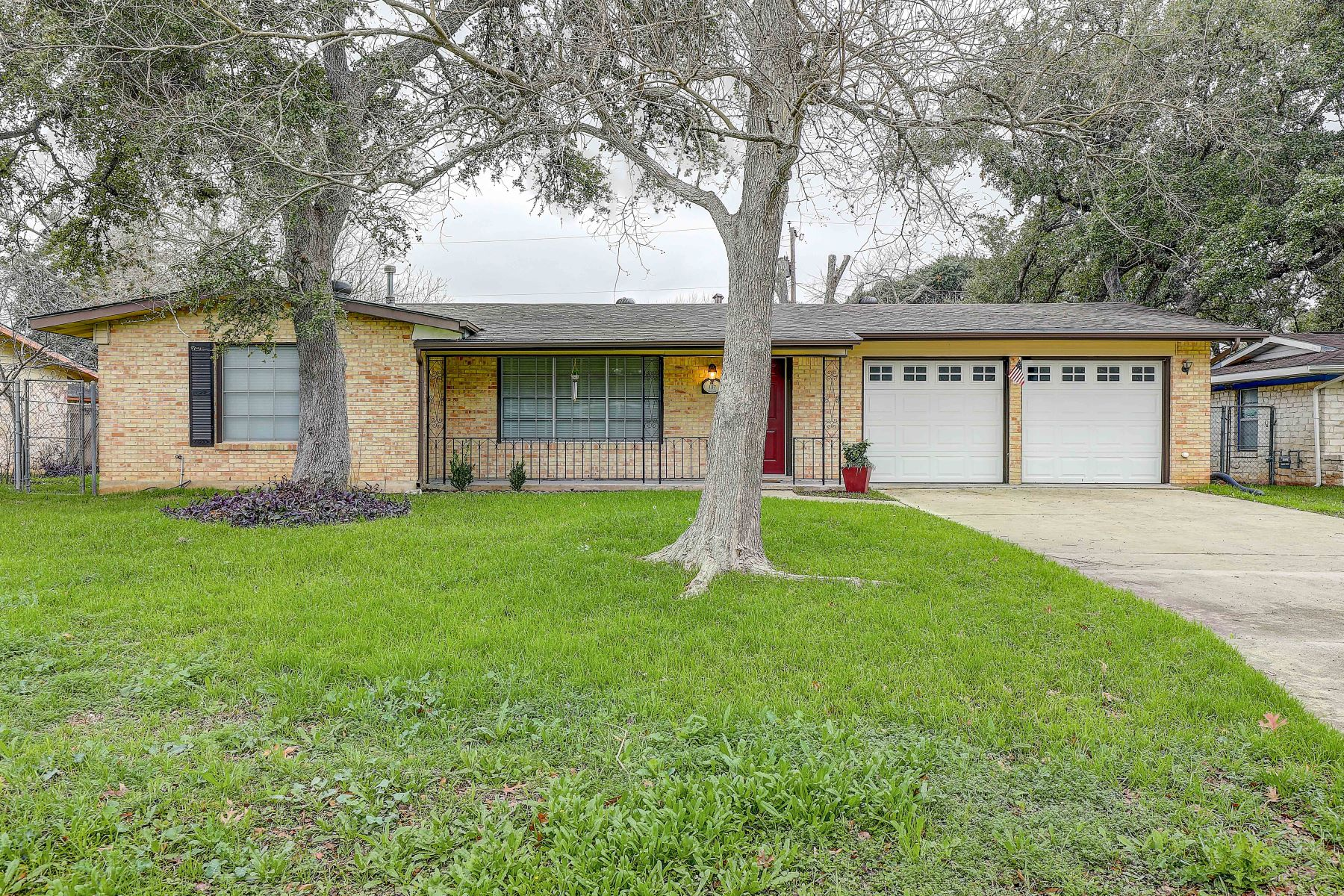 Single Family Homes for Active at Move In Ready Home In Old Rose Gardensc 137 Oaklane Drive Universal City, Texas 78148 United States