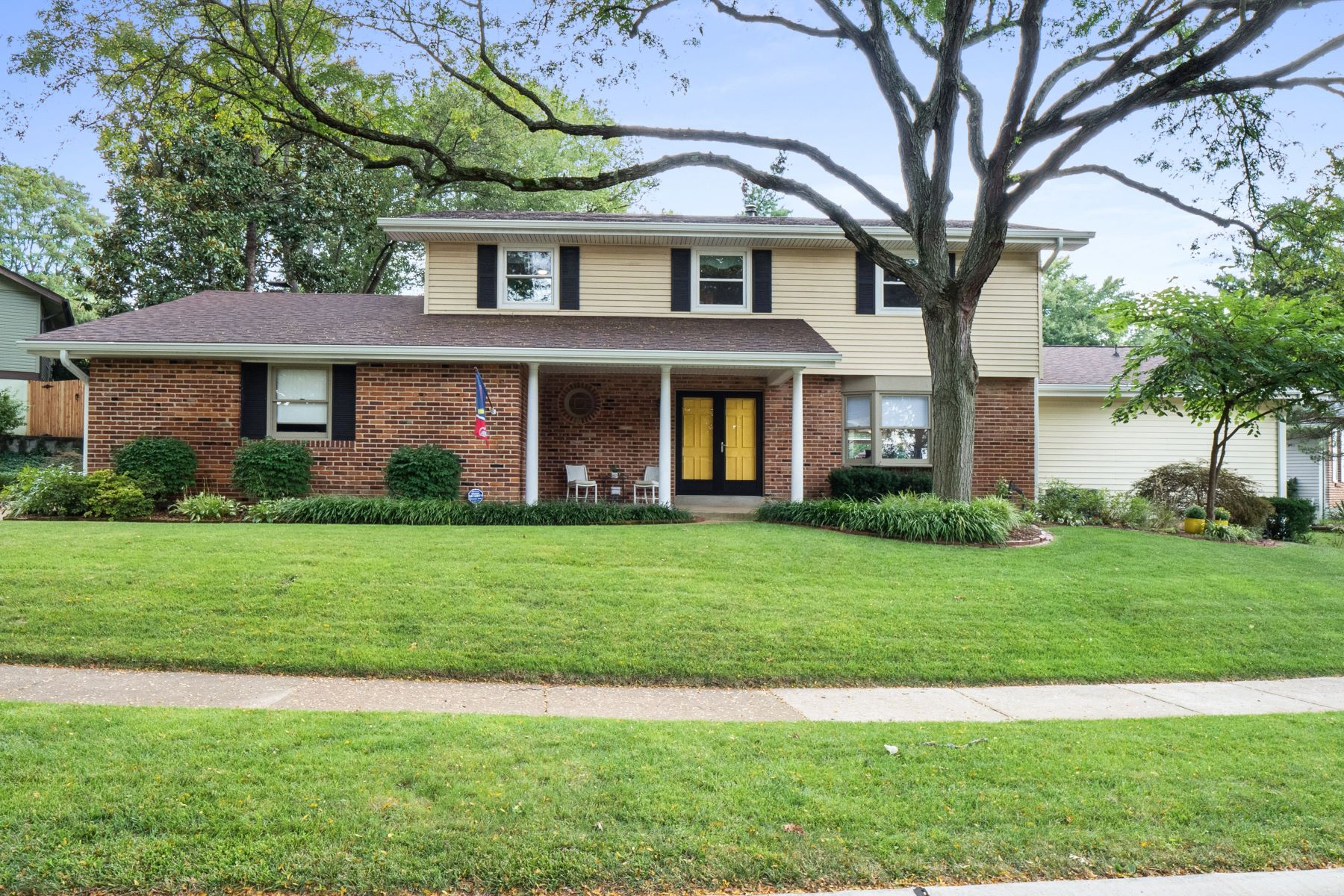 Single Family Homes for Sale at Meticulously Maintained Creve Coeur Home 12930 Somerton Ridge Drive Creve Coeur, Missouri 63141 United States
