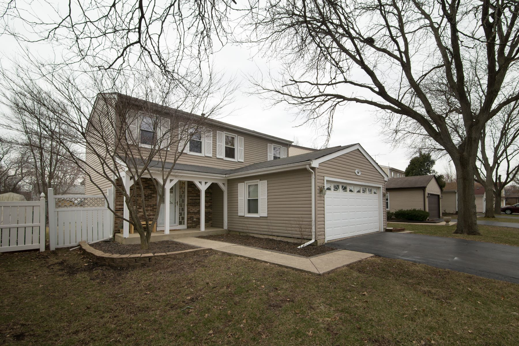 Single Family Home for Sale at charming Three Bed in Carol Stream 735 Iroquois Trail Carol Stream, Illinois 60188 United States
