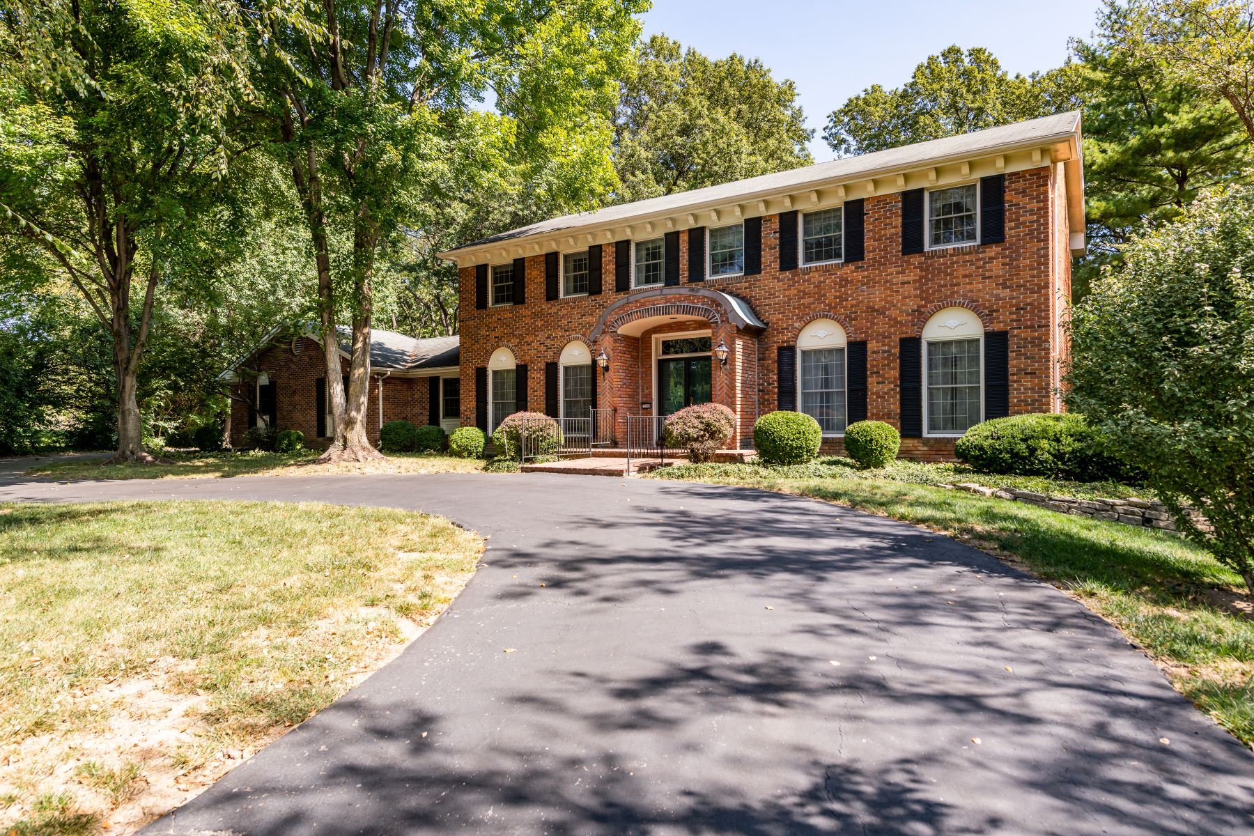 Single Family Homes for Sale at Two-Story Frontenac Home In Ladue School District 1108 Conwyck Lane Frontenac, Missouri 63131 United States