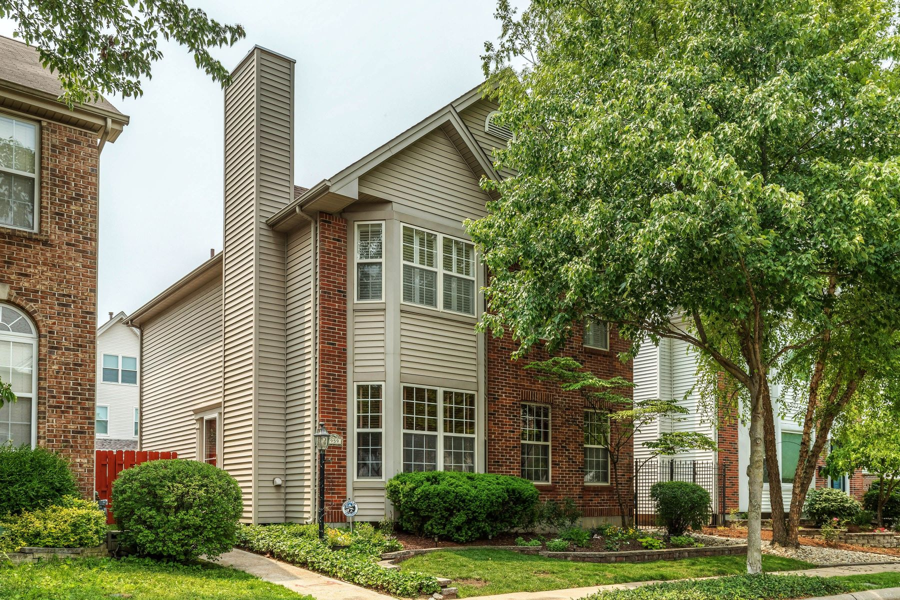single family homes for Sale at A Trifecta! Great House, Great Floor Plan, Great Location 959 Morehouse Lane University City, Missouri 63130 United States