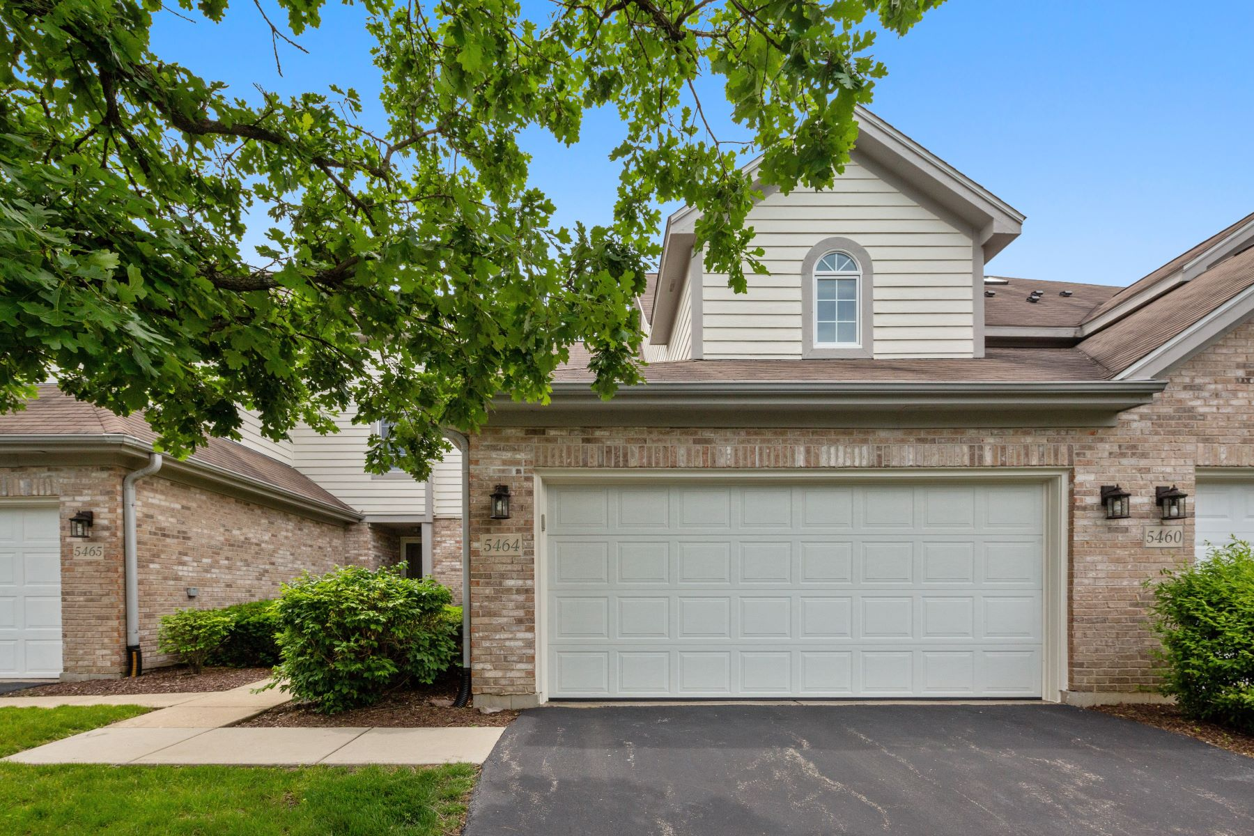 Townhouse for Sale at Fantastic Downers Grove Townhome! 5464 Ashbrook Place Unit 20 Downers Grove, Illinois 60515 United States
