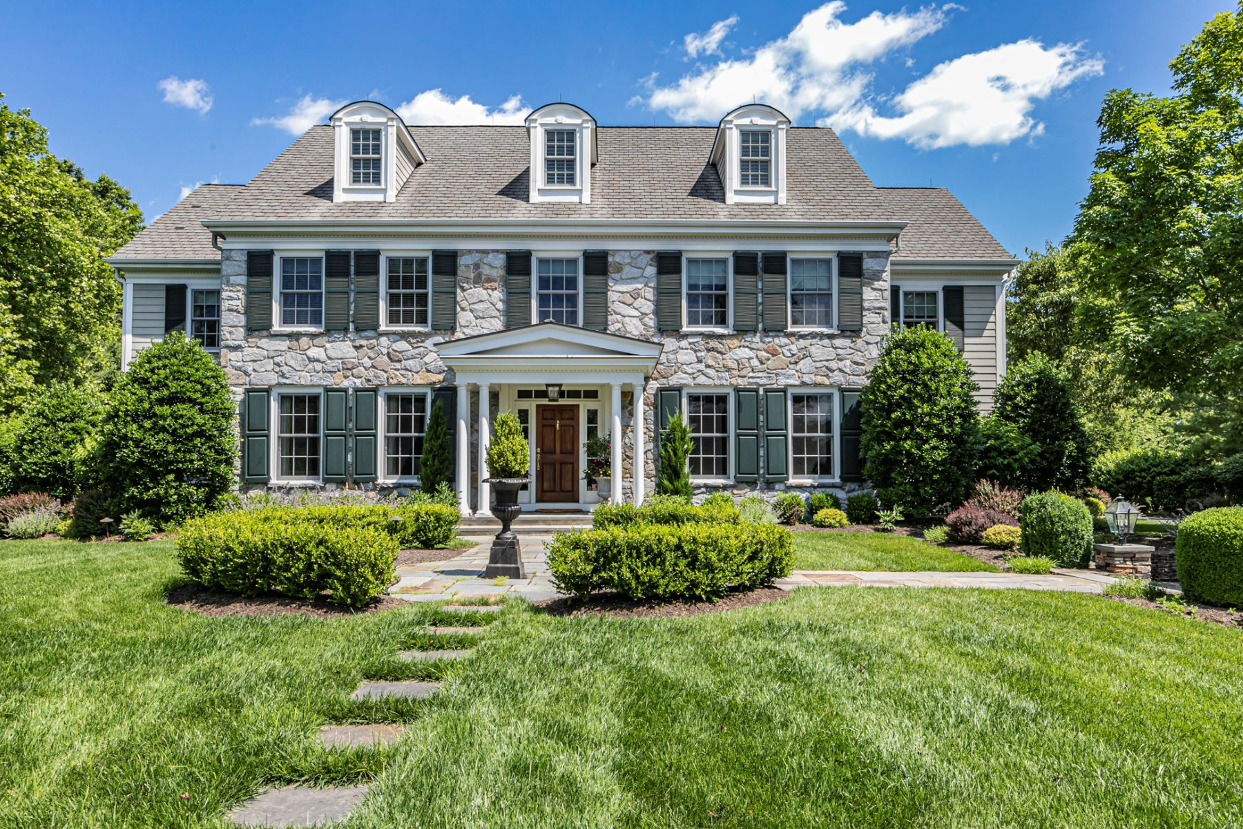 Single Family Homes vì Bán tại Simply Stunning in Woodmere Estates 17 Woodmere Way, Pennington, New Jersey 08534 Hoa Kỳ
