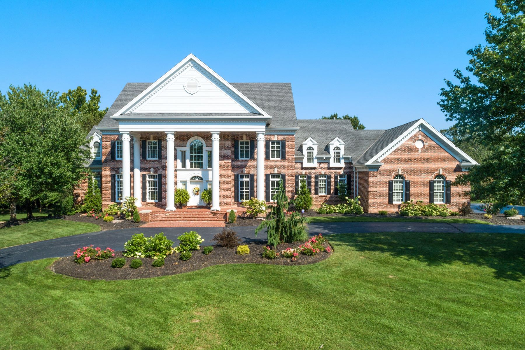 Single Family Homes for Sale at Exquisite Estate in Prestigious Highland Pointe 1120 Highland Pointe Drive St. Louis, Missouri 63131 United States