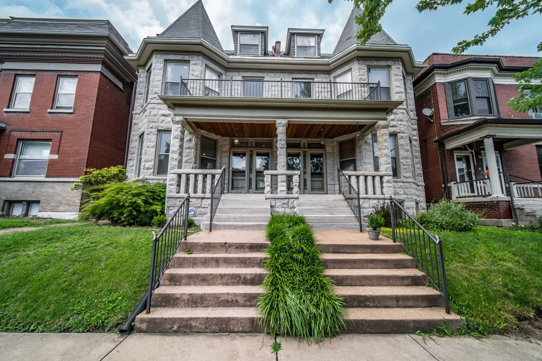 Condominiums for Sale at Beautiful & Updated Shaw Park Home 4143 Botanical Avenue St. Louis, Missouri 63110 United States