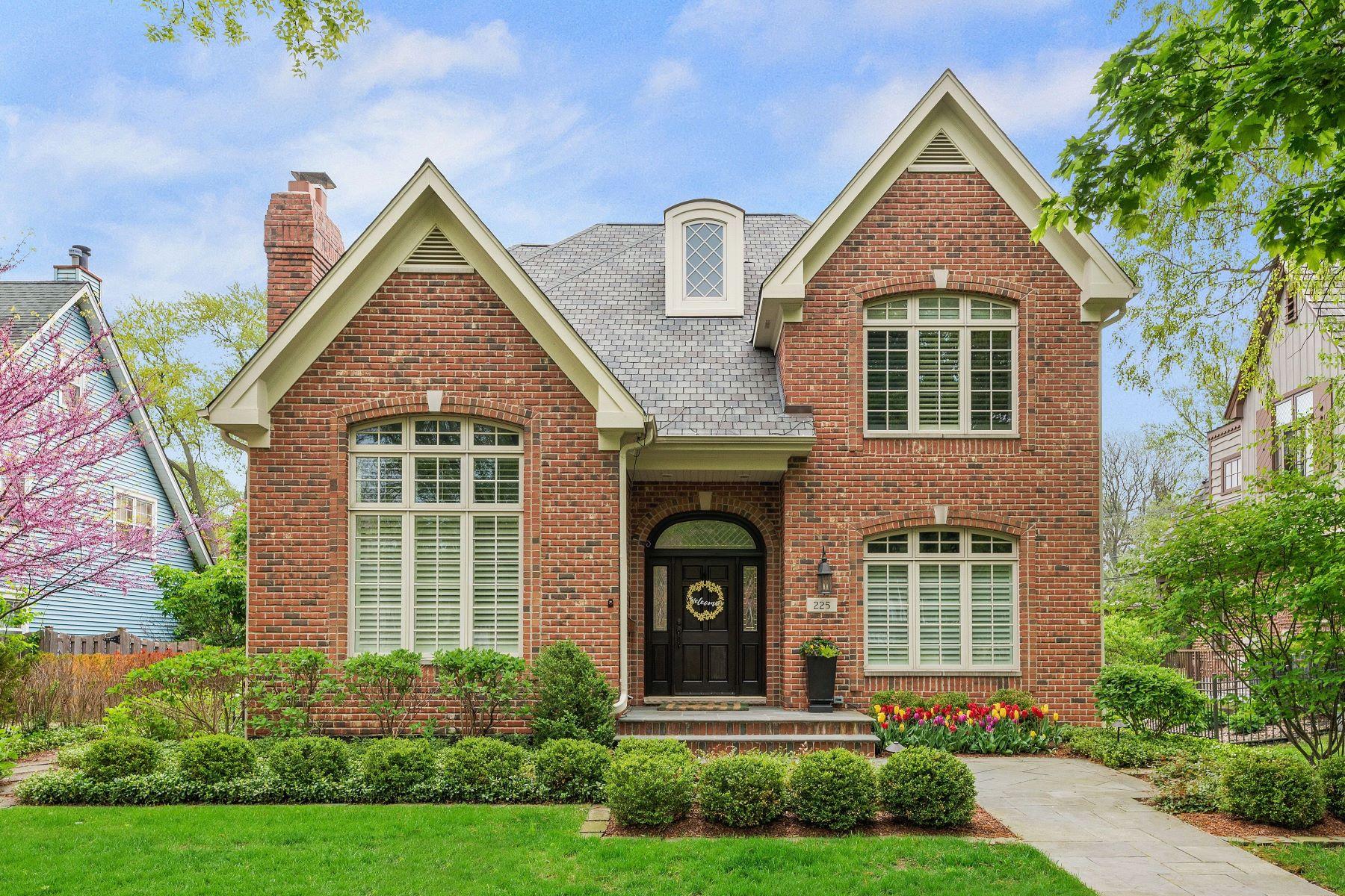 Частный односемейный дом для того Продажа на Luxury And Lifestyle Strike The Perfect Balance 225 N Grant Street Hinsdale, Иллинойс 60521 Соединенные Штаты