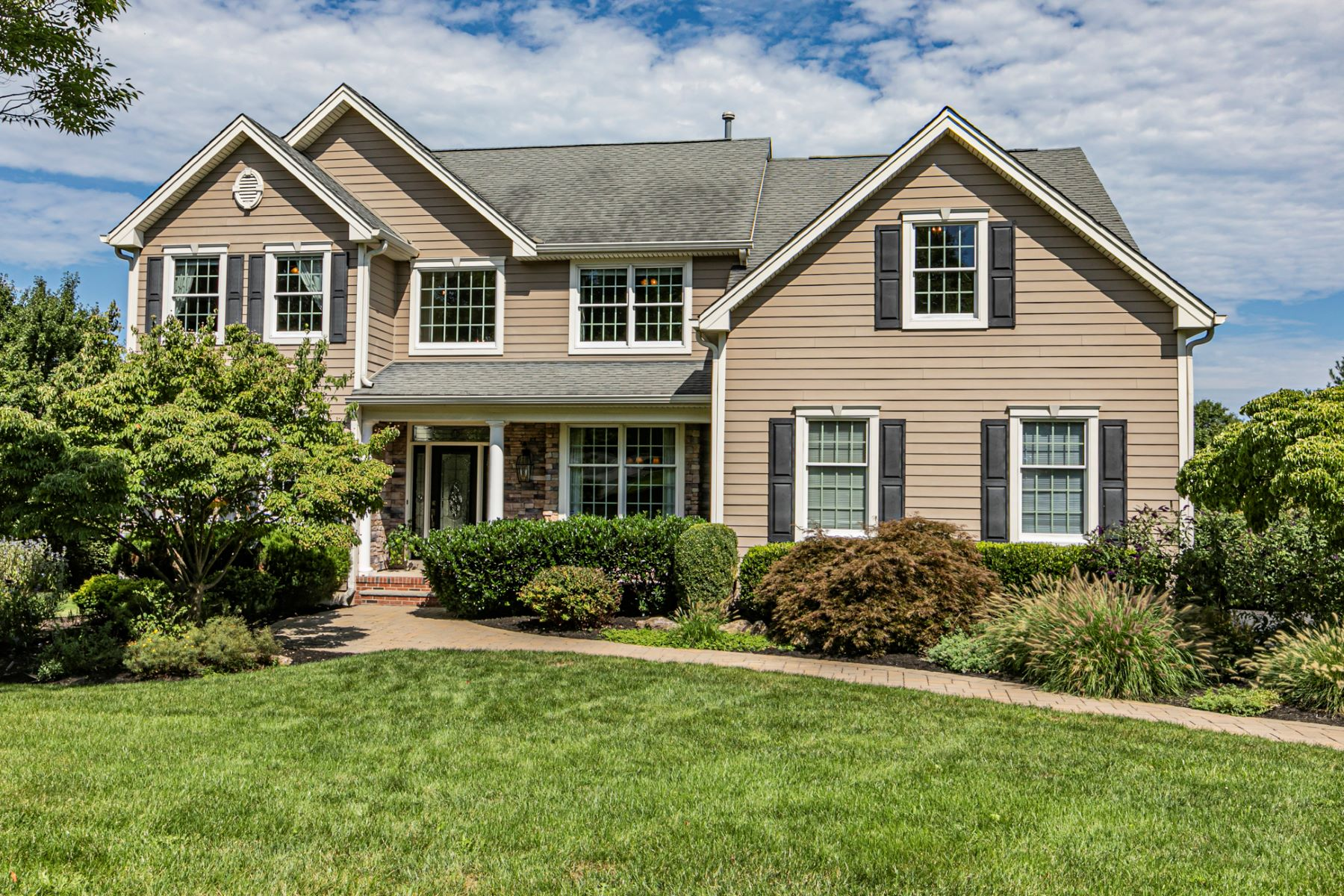 Single Family Homes için Satış at Expansively Upgraded In Cherry Valley 8 Old Warson Court, Skillman, New Jersey 08558 Amerika Birleşik Devletleri