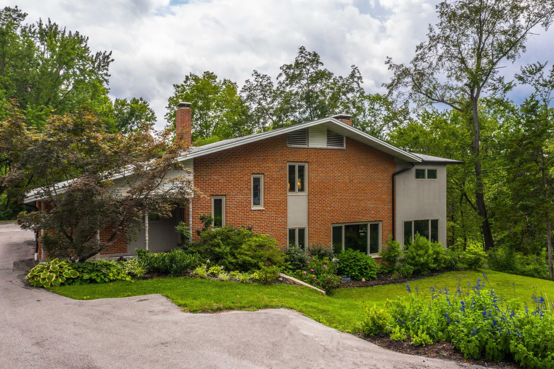 Single Family Homes للـ Sale في Mid-Century Gem in the heart of Ladue 30 Oak Bend Court, Ladue, Missouri 63124 United States