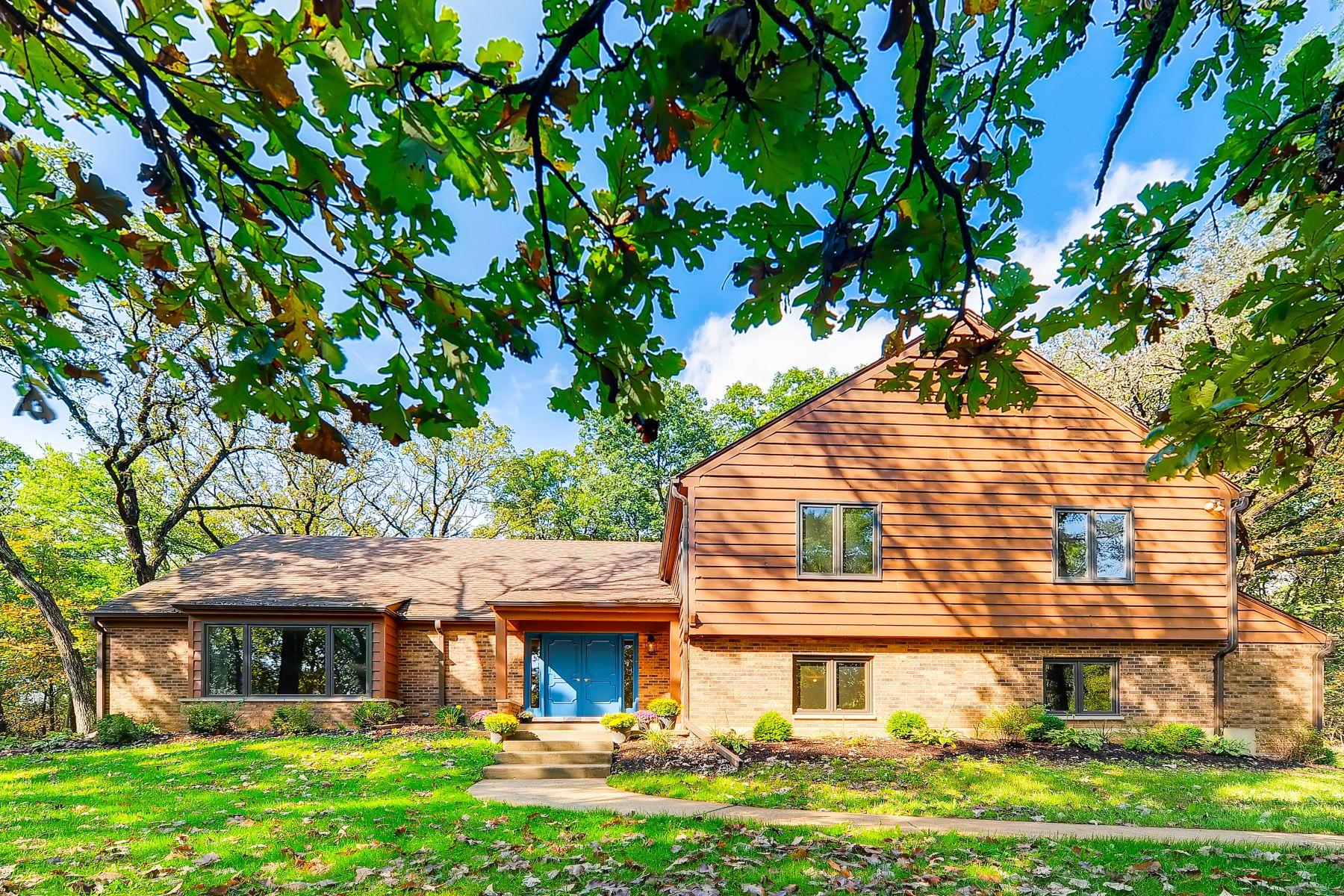 Single Family Homes für Verkauf beim Remodeled, Stylish And Spacious On Two Acres! 1313 Chatham Lane, Woodstock, Illinois 60098 Vereinigte Staaten