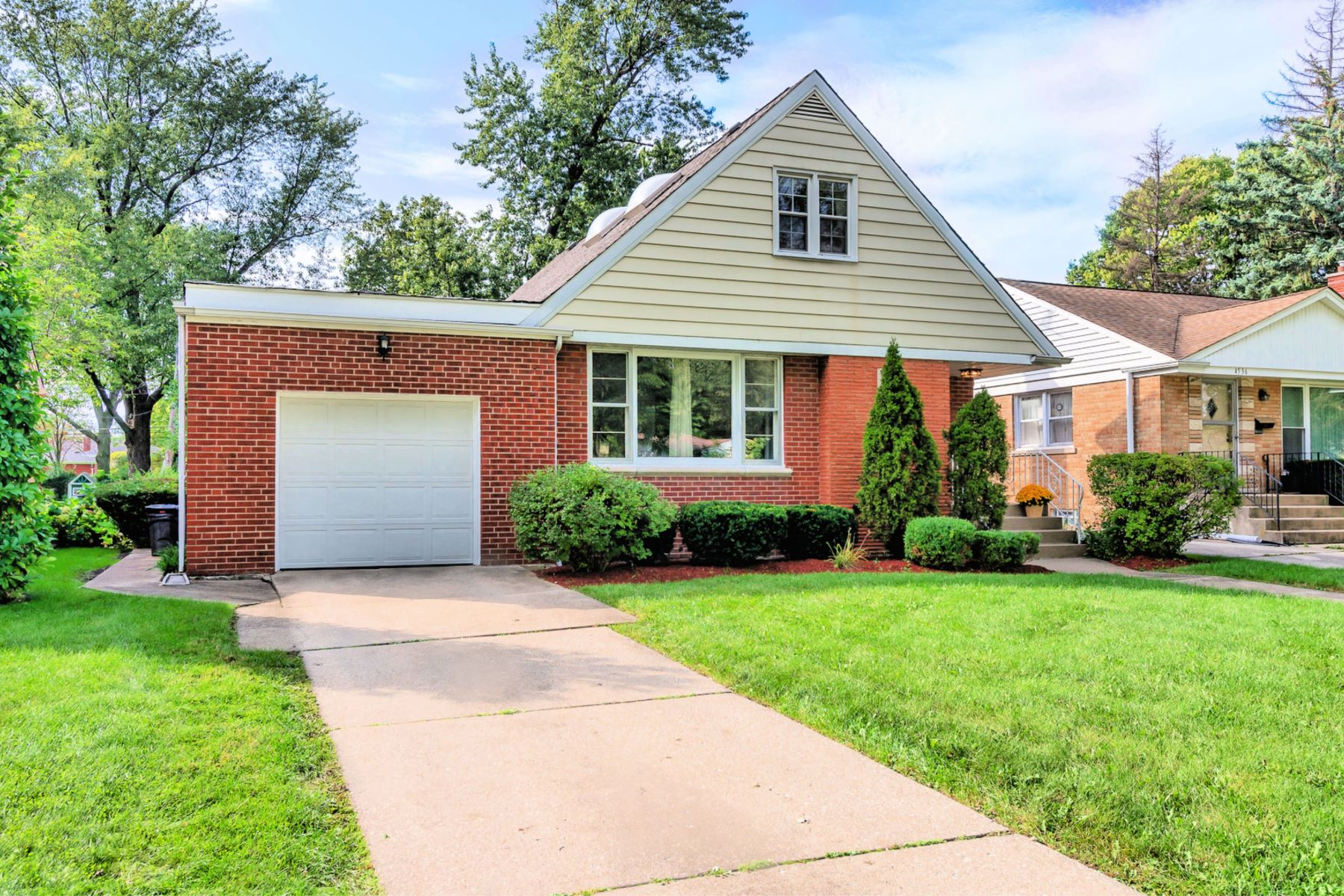 Single Family Homes for Active at Charming Brick Bungalow 4540 Gilbert Avenue Western Springs, Illinois 60558 United States