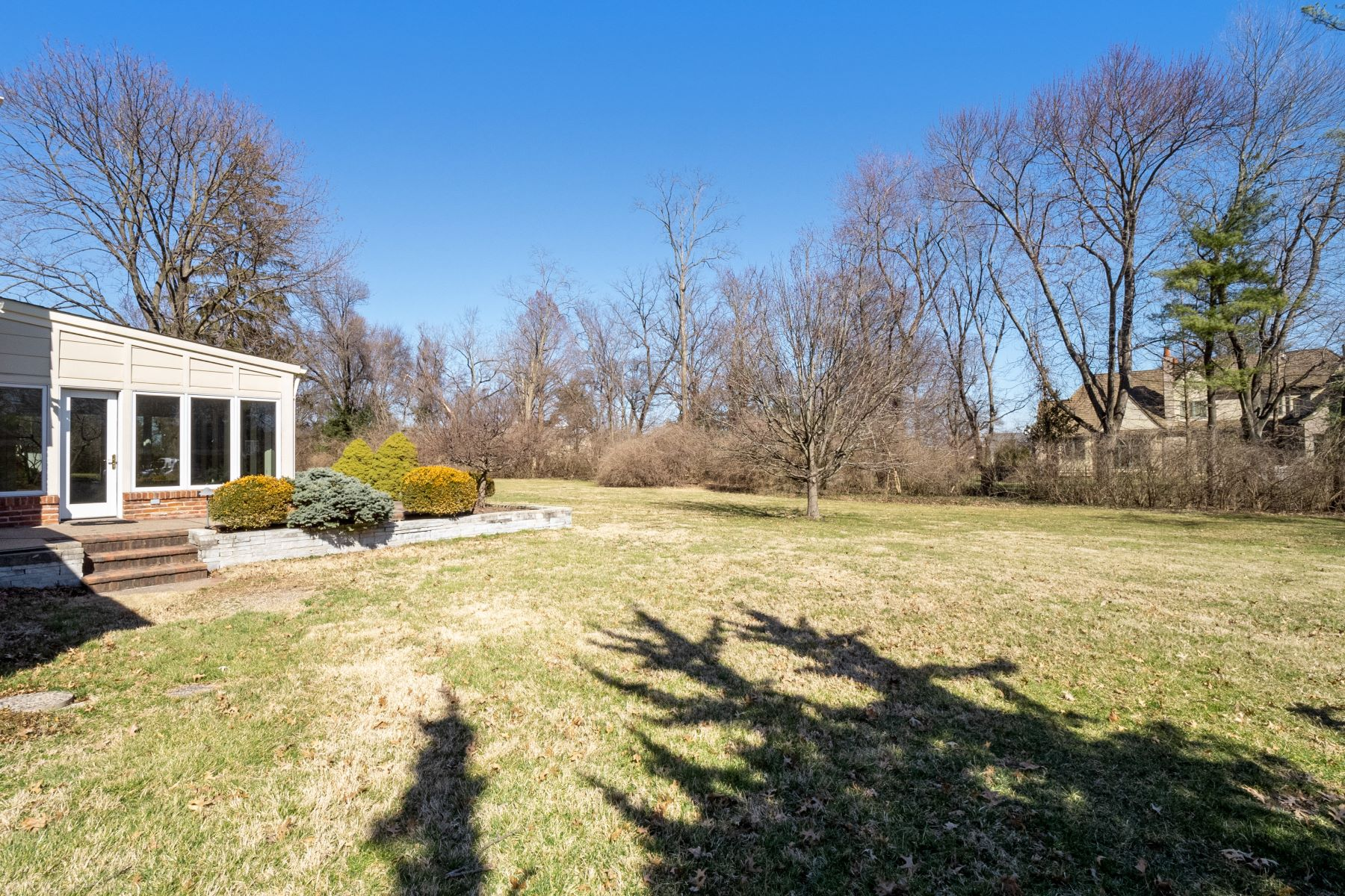 Additional photo for property listing at Light-Filled 1.5 Story on Full Acre 2 Indian Creek Lane Frontenac, Missouri 63131 United States