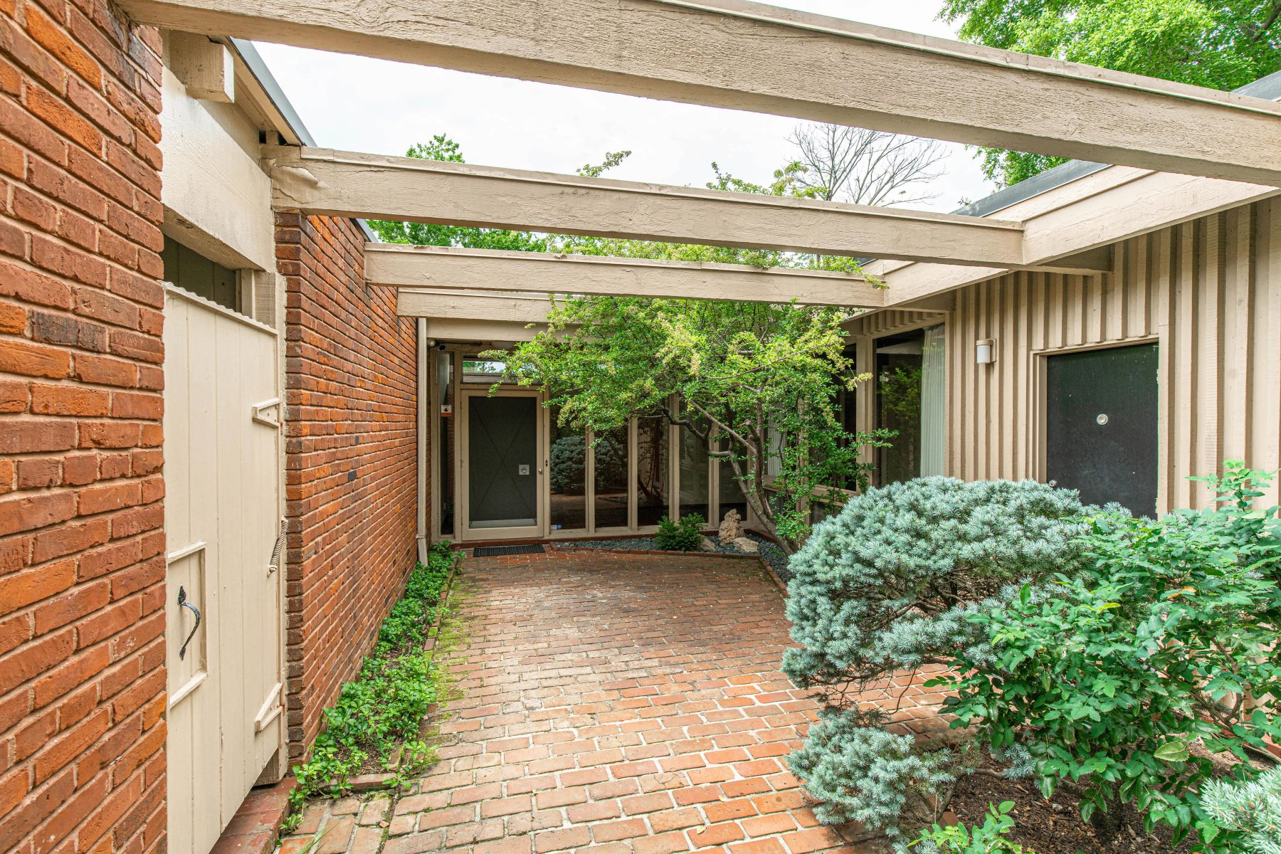 Additional photo for property listing at Important Mid-Century Home Designed by Isadore Shank 10 Westwood Country Club St. Louis, Missouri 63131 United States