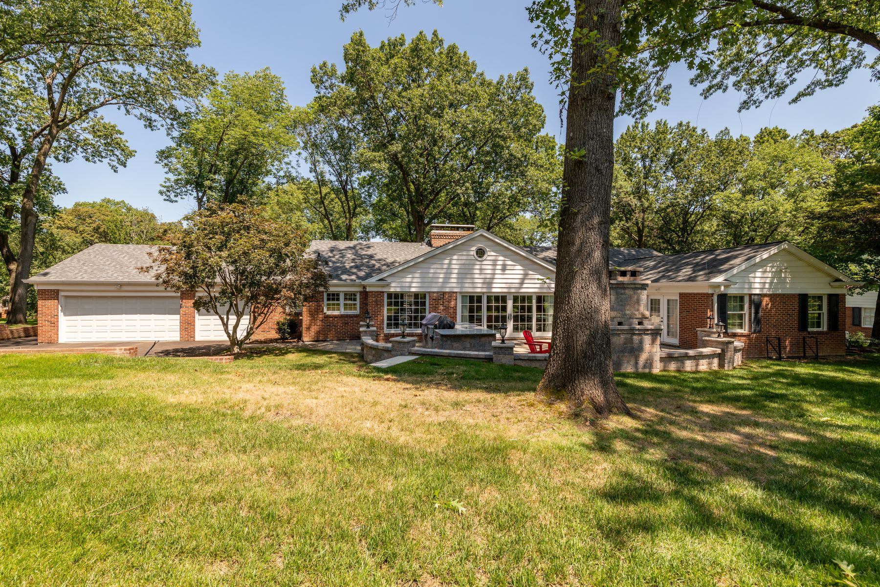 Additional photo for property listing at Updated Ladue ranch on over half an acre 9858 Copper Hill Road Ladue, Missouri 63124 United States