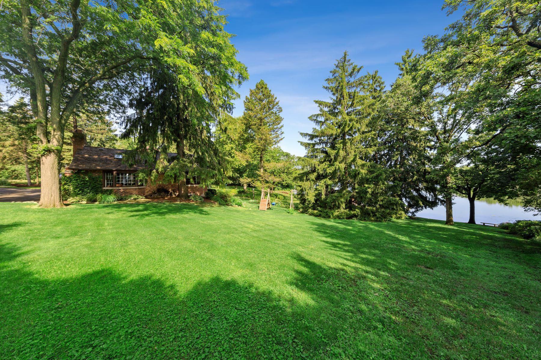 Single Family Homes para Venda às Lives Like A Private Retreat 26000 N Midlothian Road, Mundelein, Illinois 60060 Estados Unidos