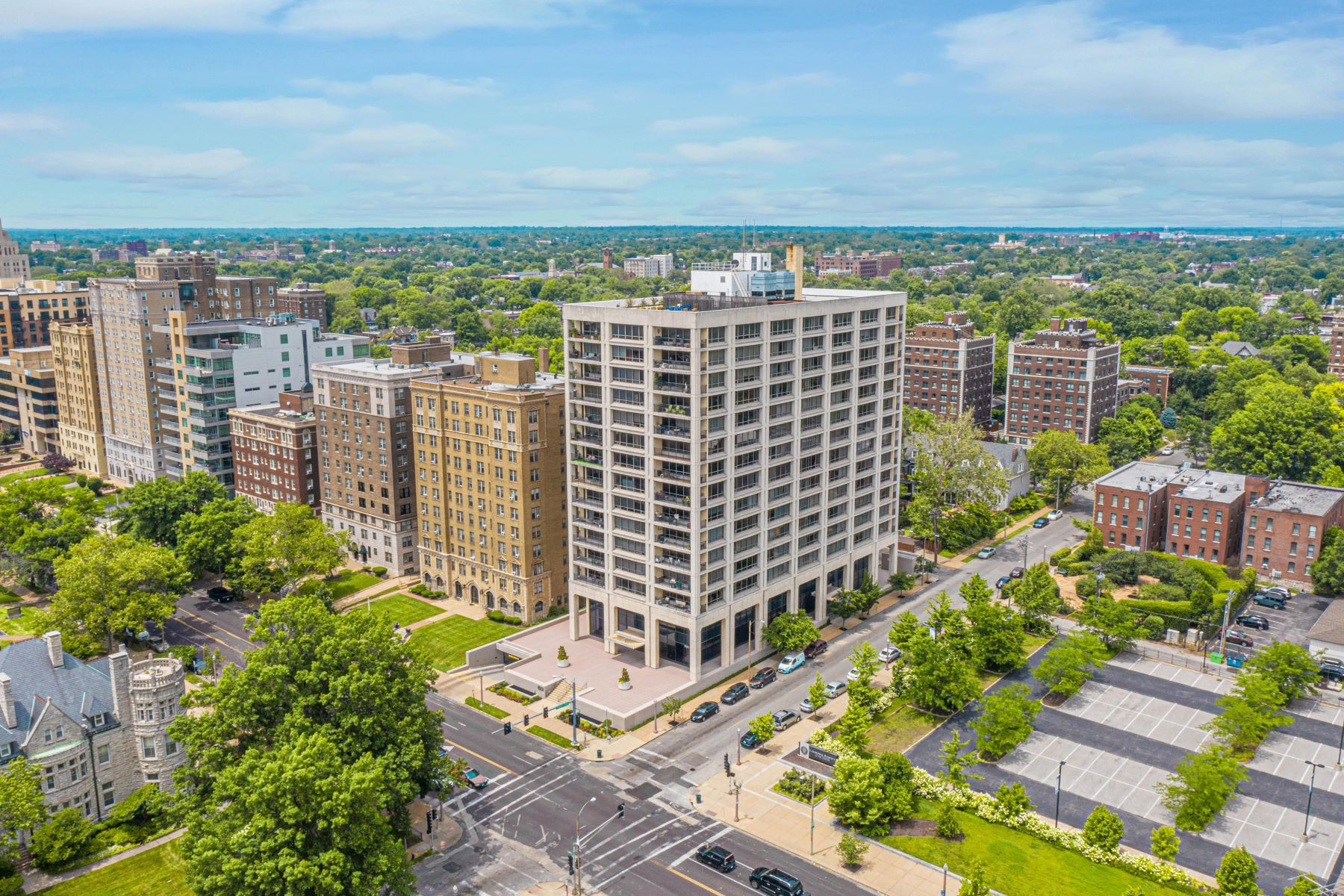 Condominiums for Sale at Updated Two Bedroom Condo in Lindell Terrace 4501 Lindell Boulevard, #10B St. Louis, Missouri 63108 United States