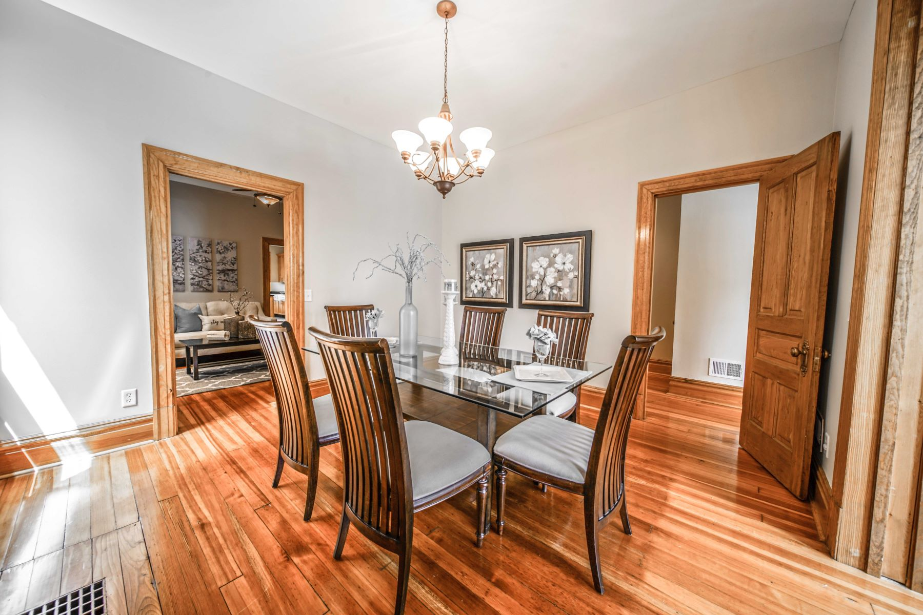 Additional photo for property listing at Beautiful & Updated Shaw Park Home 4143 Botanical Avenue St. Louis, Missouri 63110 United States
