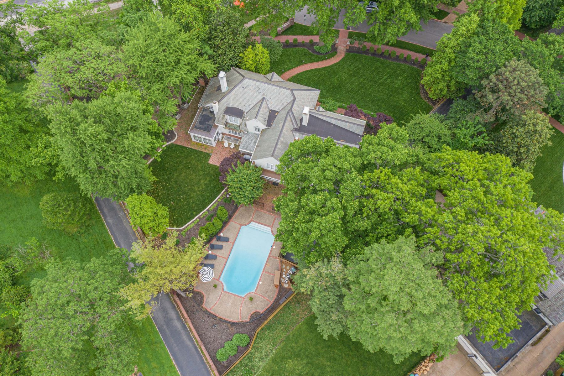 Additional photo for property listing at Exquisite Clayton Home on a Premier Street 1 Southmoor Drive Clayton, Missouri 63105 United States