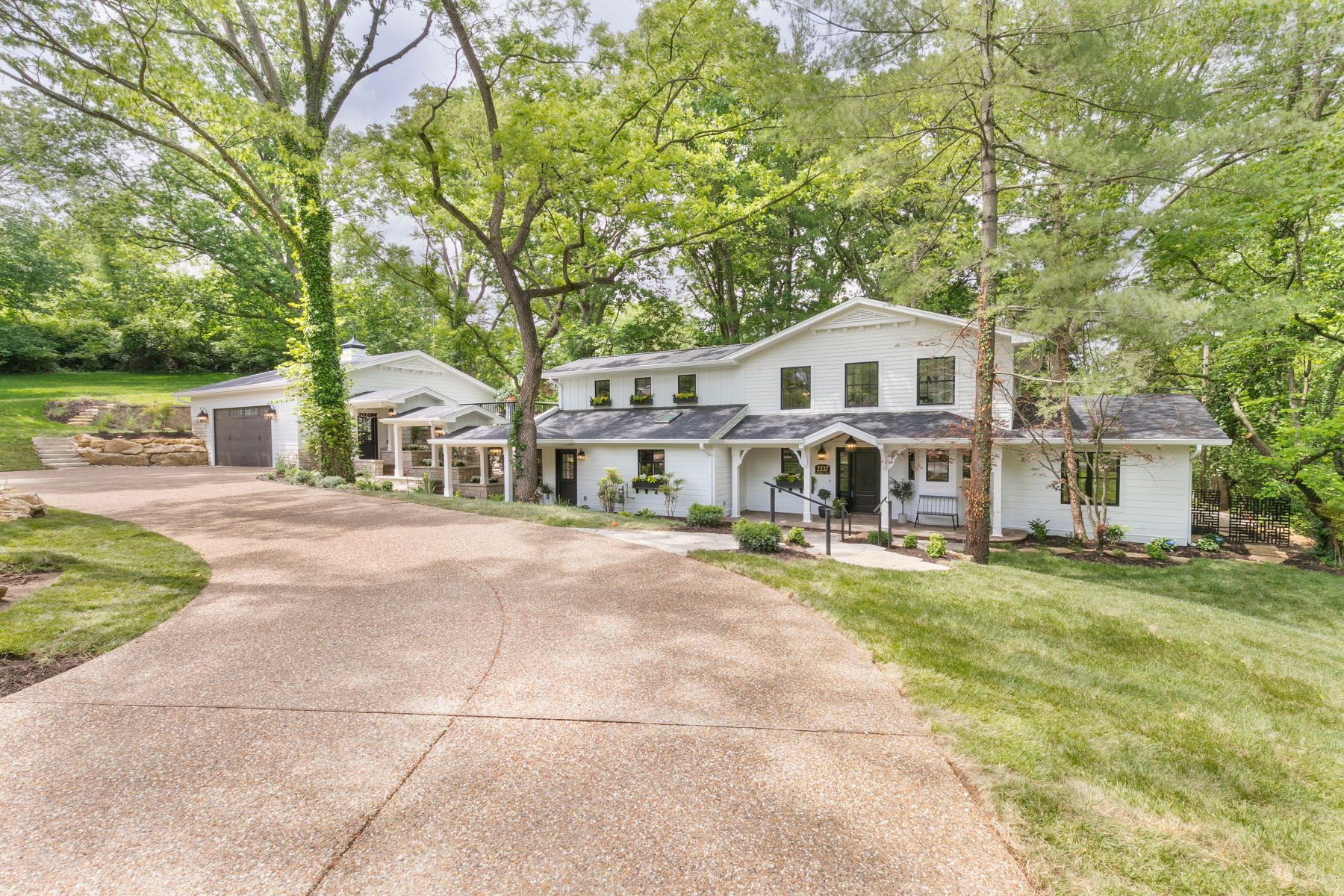 Single Family Homes للـ Sale في Harmonious Lifestyle of Inspiration & Sophistication 2337 Maybrook Lane, Kirkwood, Missouri 63122 United States