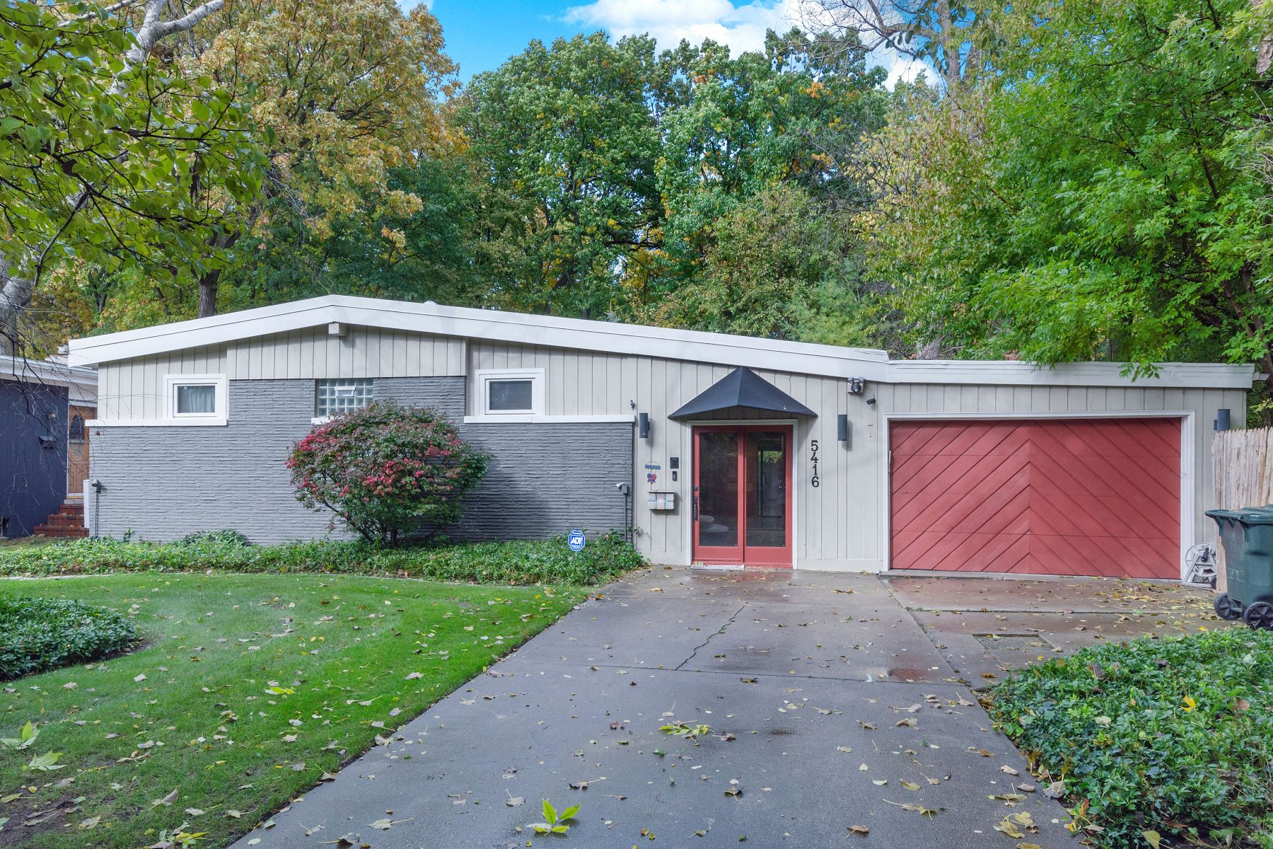Single Family Homes por un Venta en Unique Mid Century Modern Home On Wooded Lot 5416 Foster Street Skokie, Illinois 60077 Estados Unidos