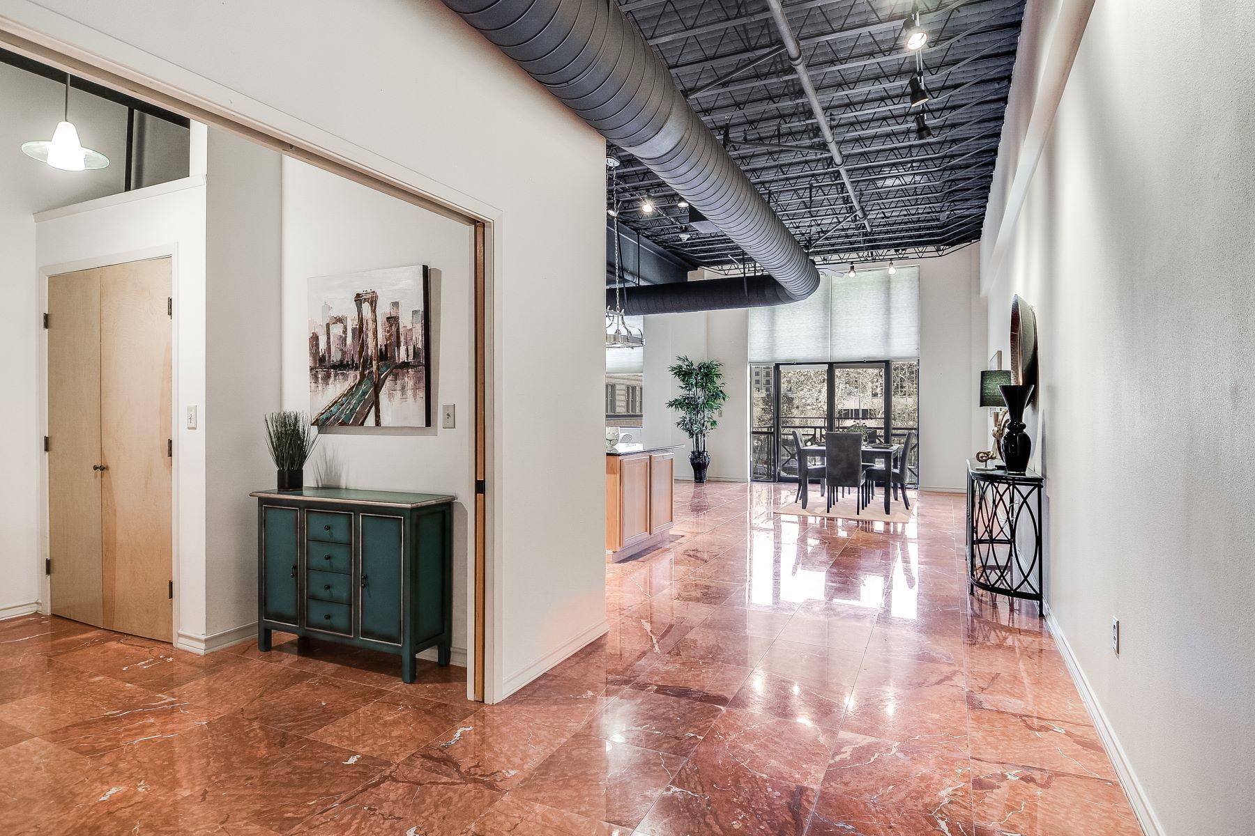 共管式独立产权公寓 为 销售 在 Fantastic Views in the Heart of Downtown 214 East Travis Street Unit 204, 圣安东尼奥, 得克萨斯州, 78205 美国