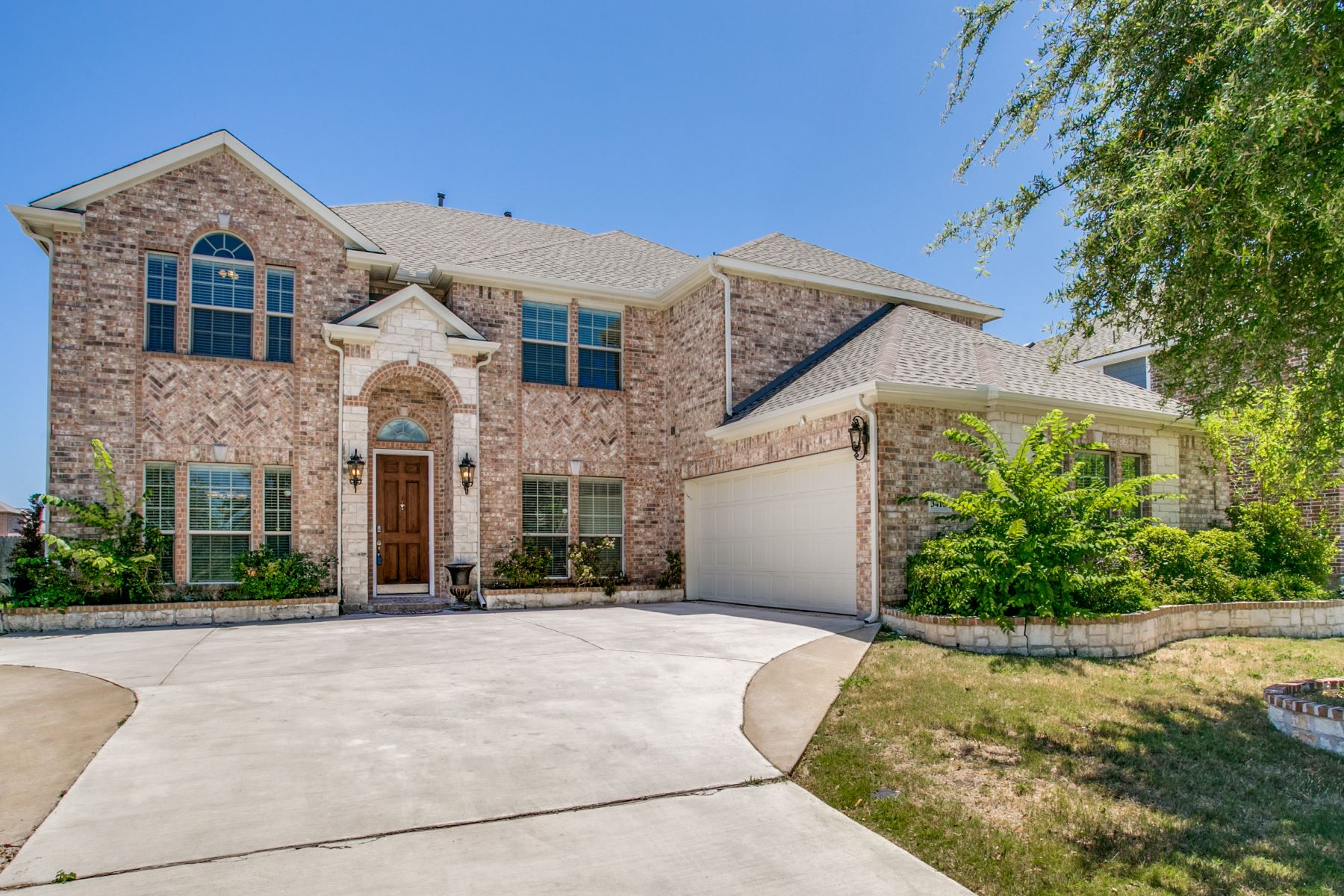 Single Family Homes für Verkauf beim Your Dream Home Awaits in this Classic Brick Home 3410 Texas Drive, Sachse, Texas 75048 Vereinigte Staaten
