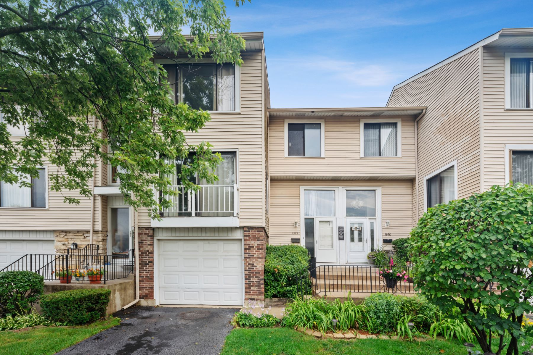 townhouses for Active at Spacious Beverly Glen Townhome 1974 Loomes Avenue Downers Grove, Illinois 60516 United States