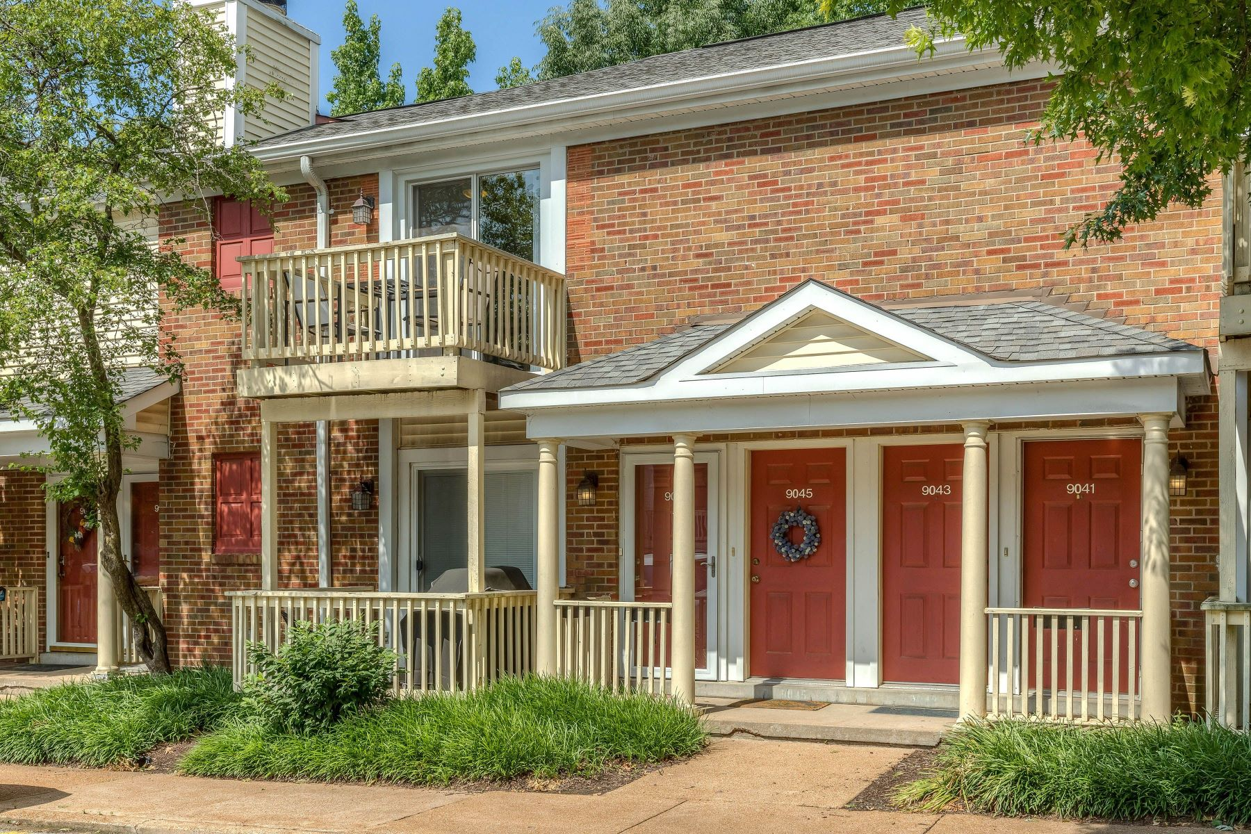 Condominiums for Sale at Beautiful Brentwood Forest Condo 9045 North Swan Circle Brentwood, Missouri 63144 United States