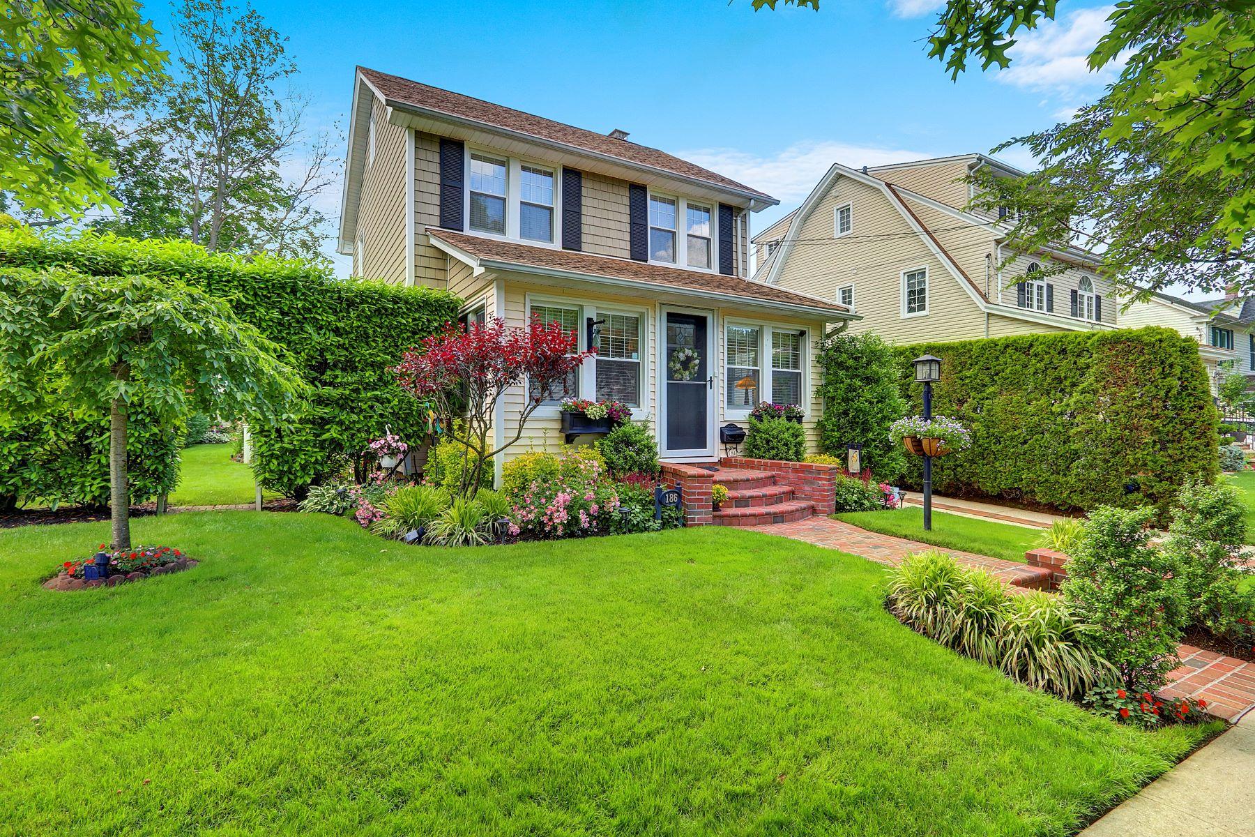 Single Family Homes 為 出售 在 Floral Park 186 Verbena Avenue, Floral Park, 纽约 11001 美國