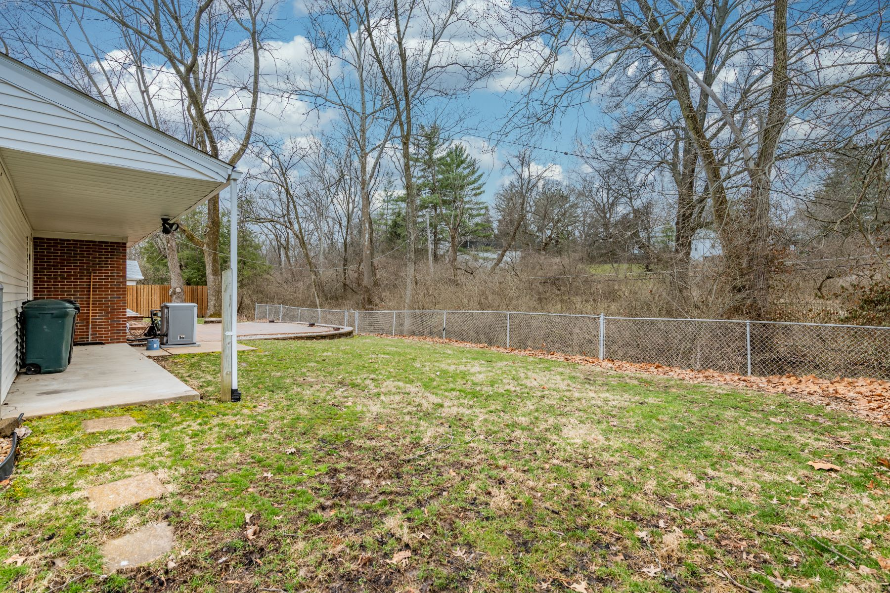 Additional photo for property listing at Comfortable Ranch In Ladue 301 Wenneker Drive Ladue, Missouri 63124 United States