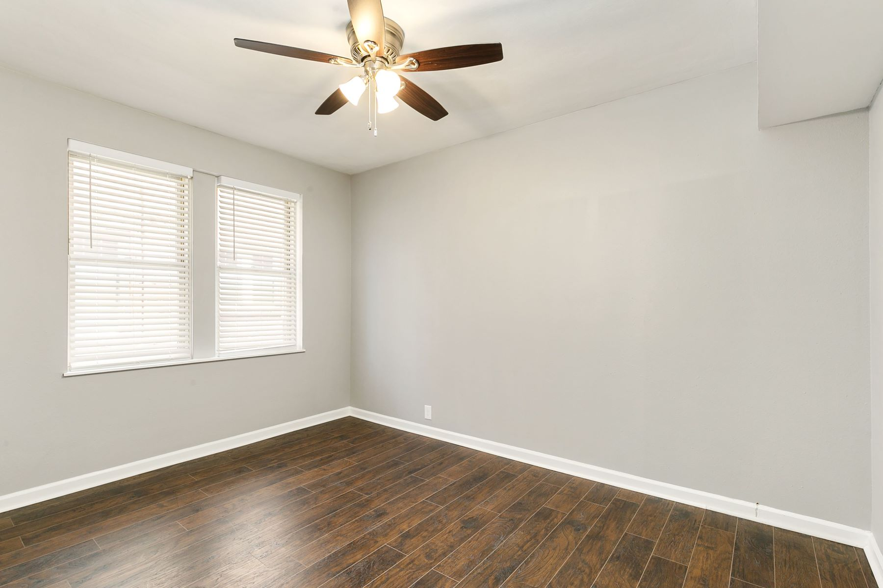 Additional photo for property listing at Fresh and newly-renovated 3 bedroom condo in Clayton! 907 South Hanley Road #3 Clayton, Missouri 63105 United States
