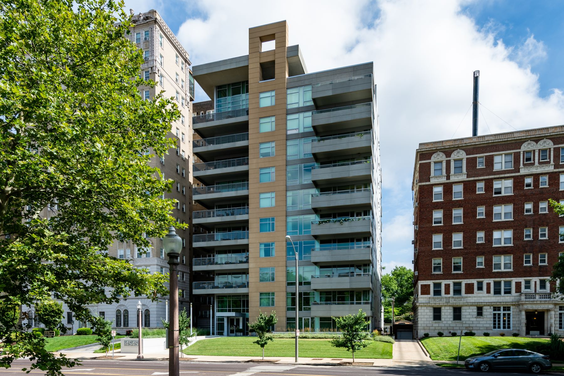 Additional photo for property listing at A Central West End Oasis 4545 Lindell Boulevard, #14 St. Louis, Missouri 63108 United States