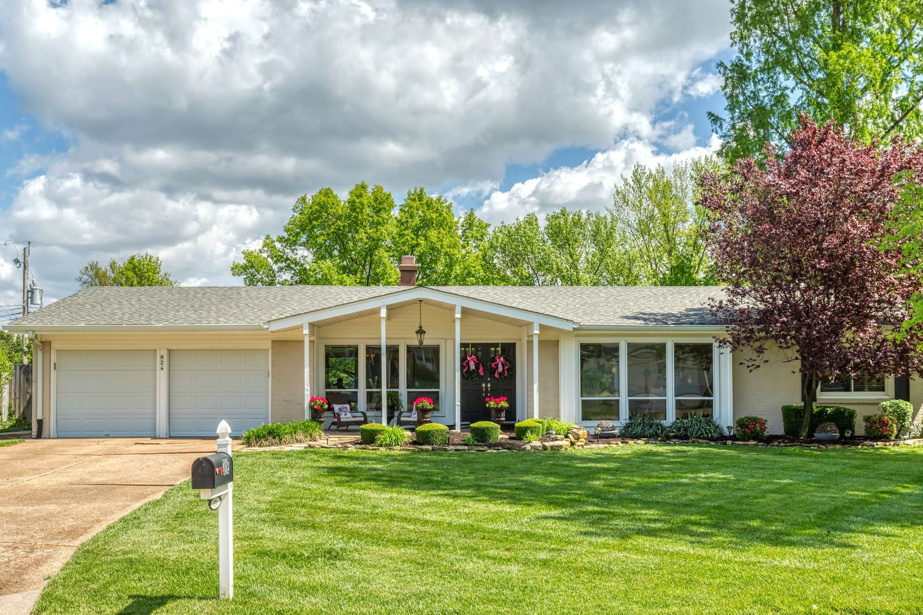 Single Family Homes for Sale at Picture Perfect Traditional Ranch 824 Montmartre Court Creve Coeur, Missouri 63141 United States