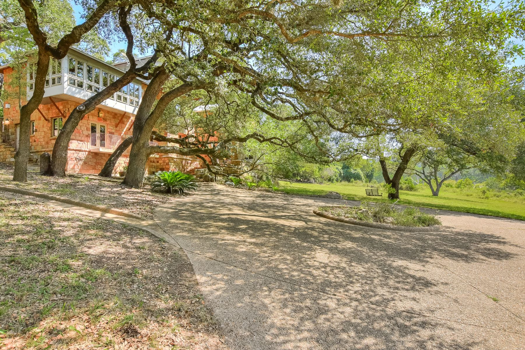 Single Family Homes pour l Vente à Oasis of Privacy in Wimberley 2050 Red Hawk Road, Wimberley, Texas 78676 États-Unis