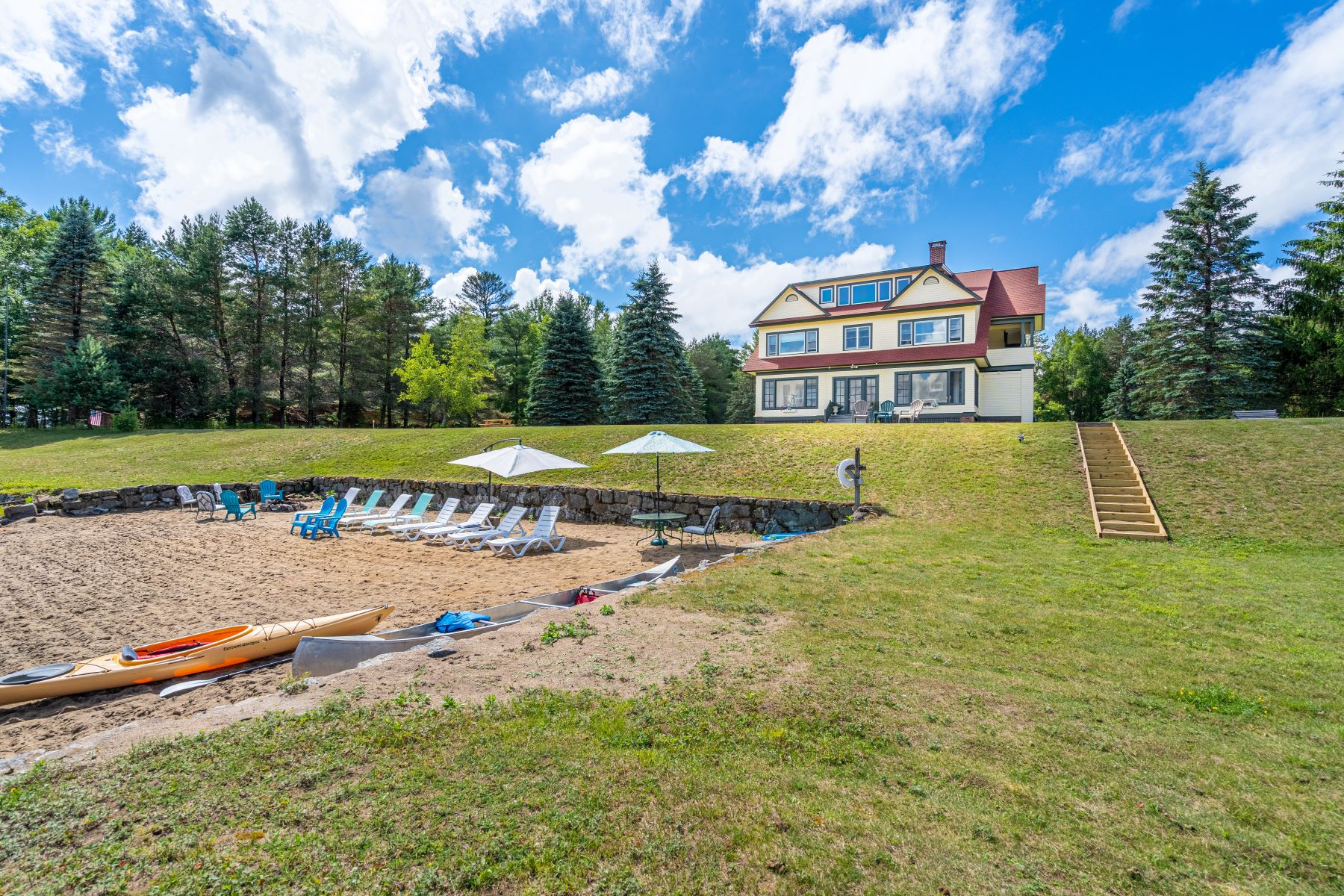 Single Family Homes 為 出售 在 The View! Riddle Cottage on Upper Saranac Lake 84 Saranac Inn Lane, Saranac Lake, 纽约 12983 美國