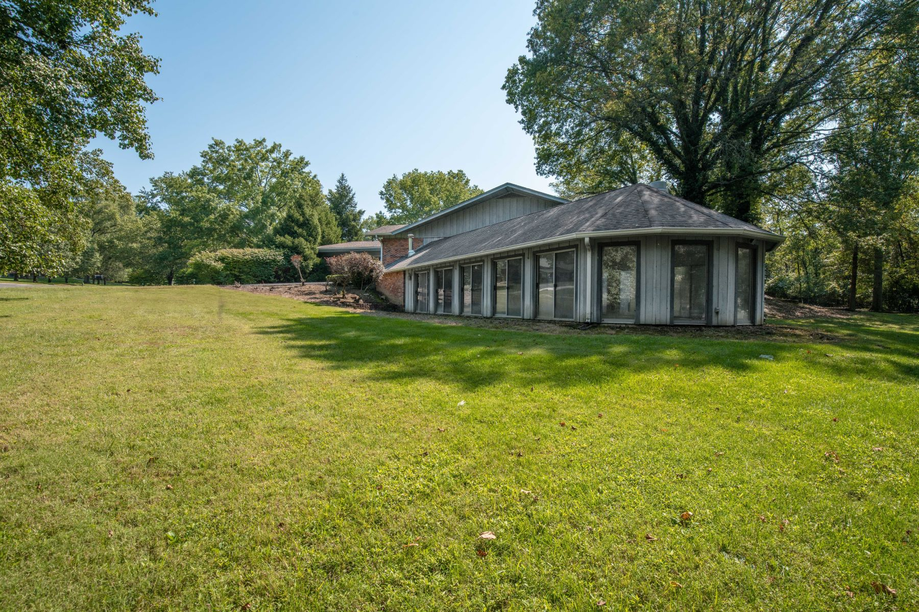 Additional photo for property listing at Sprawling Ranch in Creve Coeur 12300 Ladue Woods Drive Creve Coeur, Missouri 63141 United States