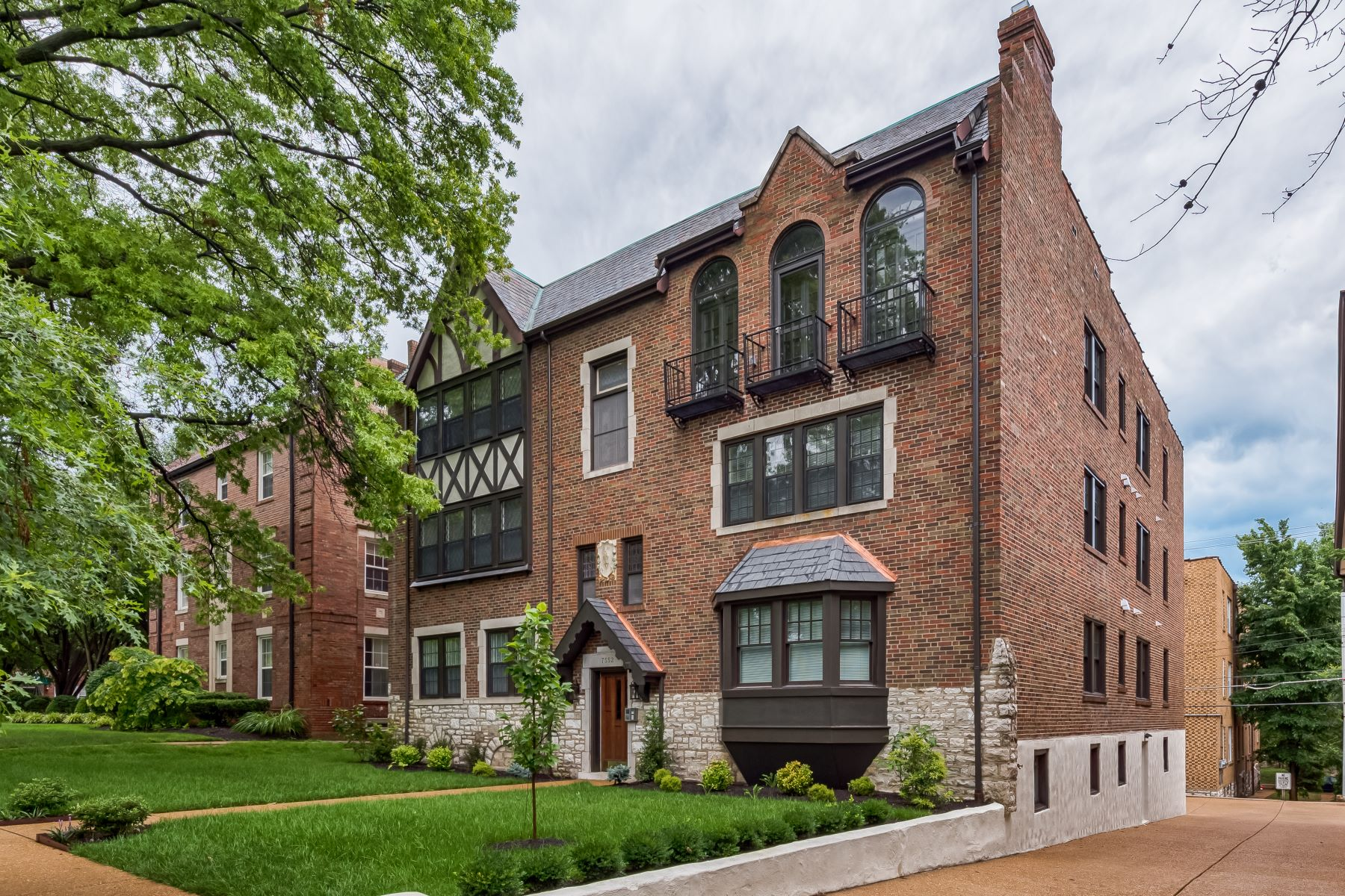 Additional photo for property listing at Charming & Fully Renovated Clayton Apartment 7552 Wydown Blvd #2W Clayton, Missouri 63105 United States