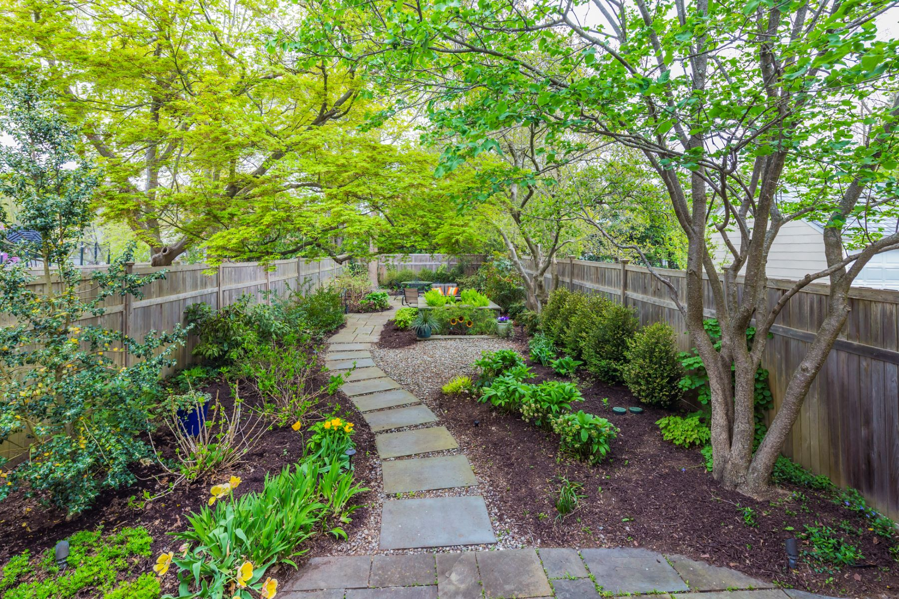 Additional photo for property listing at A Secret Garden and a Fantastic In-Town Location 80 Jefferson Road, Princeton, New Jersey 08540 Förenta staterna