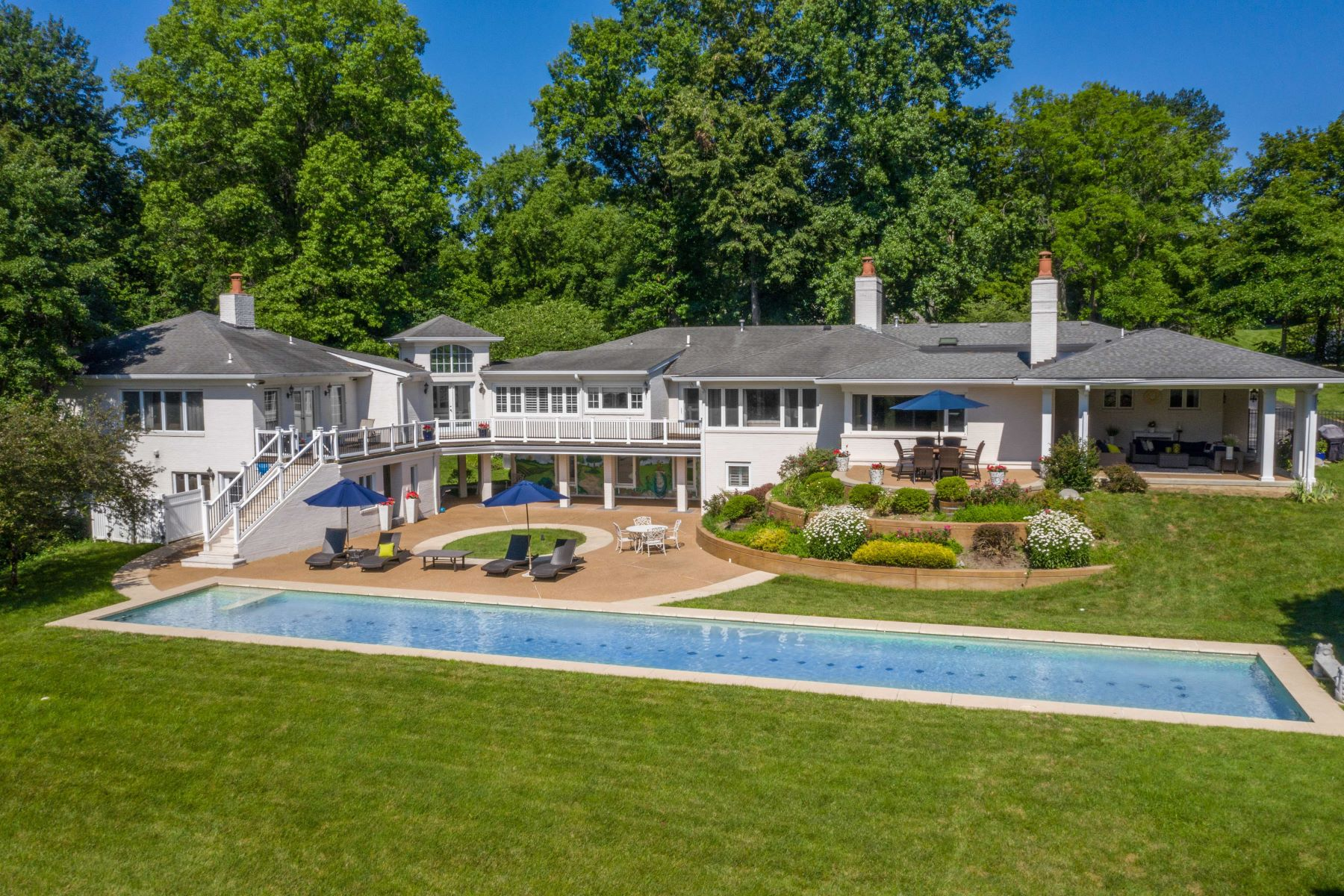 Single Family Homes для того Продажа на Exquisite Estate Nestled on over 3 Lush Acres in Ladue 16 Overbrook Drive Ladue, Миссури 63124 Соединенные Штаты